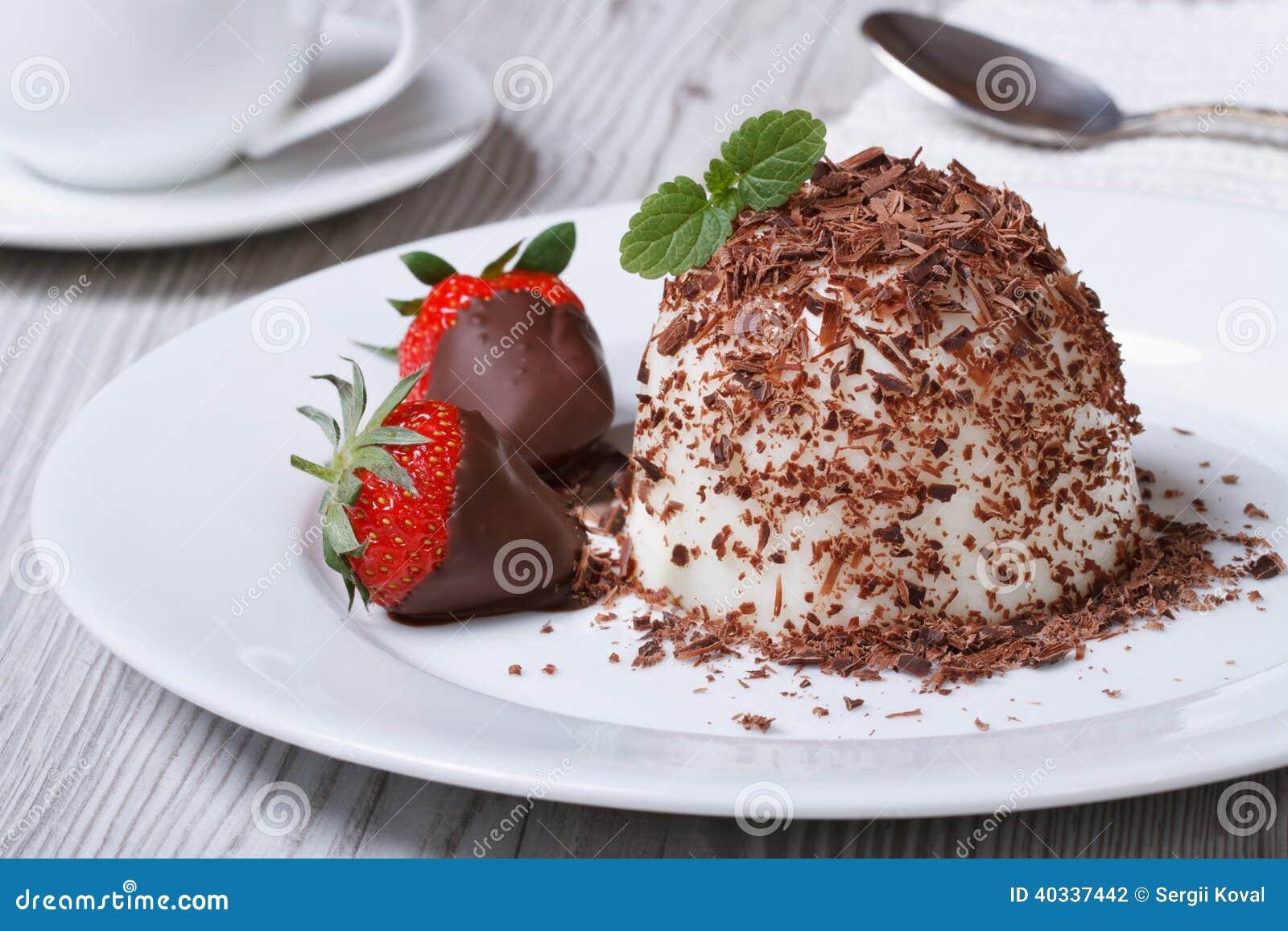 italienischer nachtisch panna cotta mit erdbeeren in der schokolade stockfoto bild von. Black Bedroom Furniture Sets. Home Design Ideas