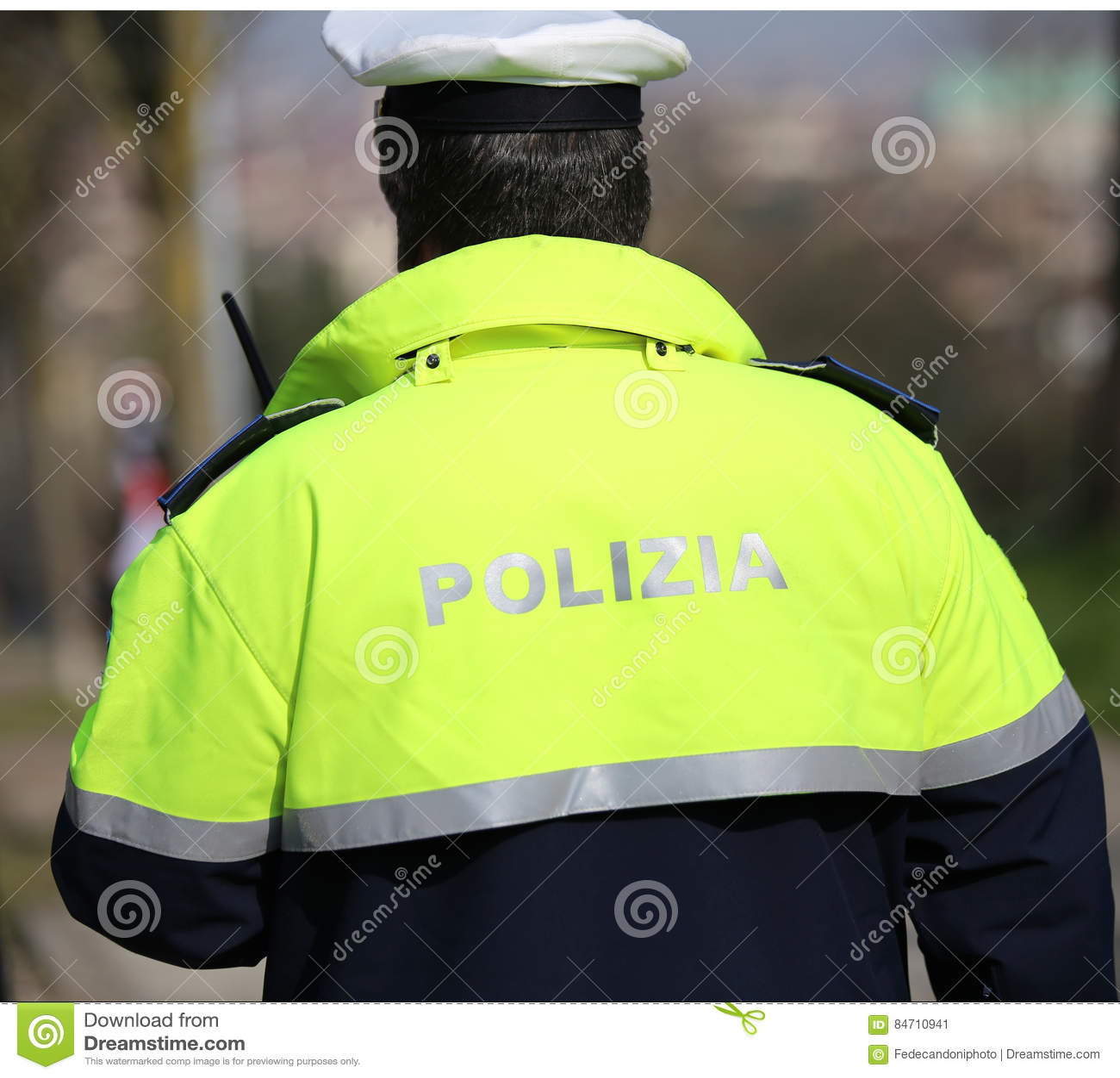 Italienischer Polizeiagent mit hoher Sichtuniform und -hut