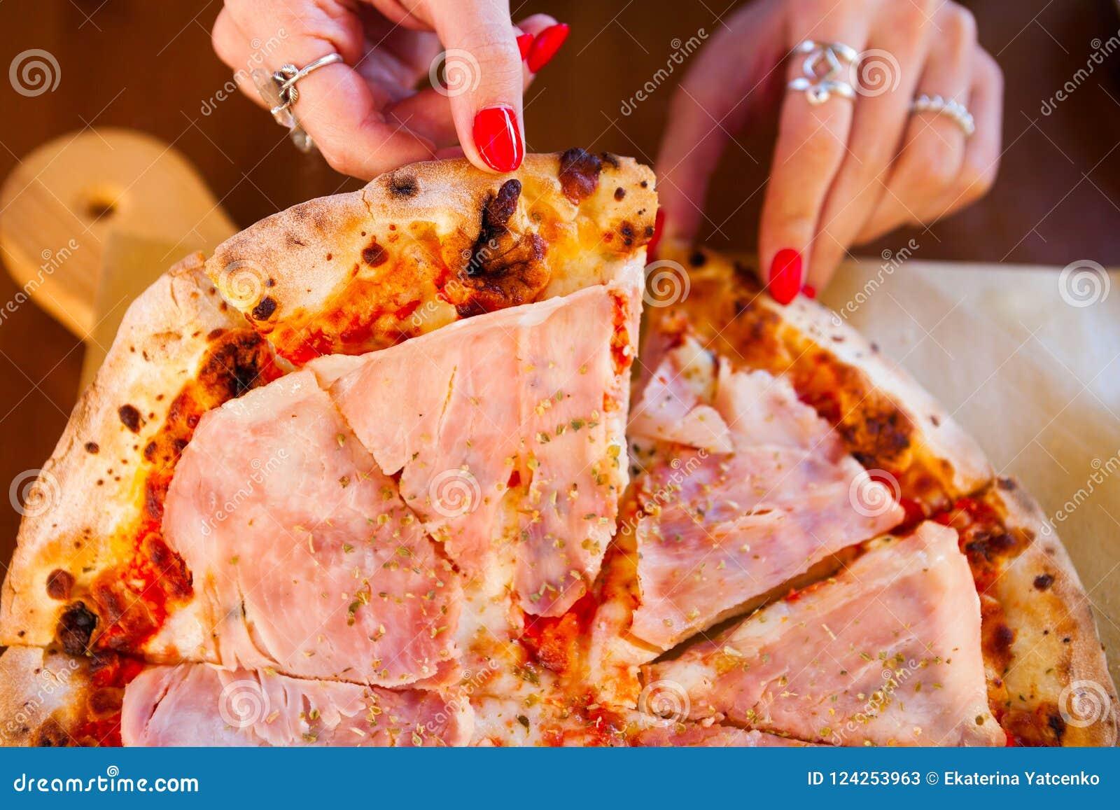 Italienisches Lebensmittelabendessen Frau, die Pizza mit Tomate Prosciutto m isst