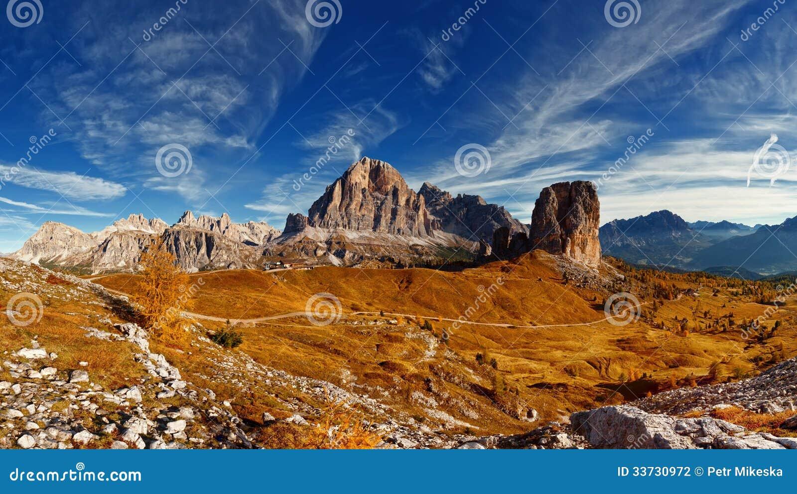 Italiensk dolomiti - panoramautsikt av berg