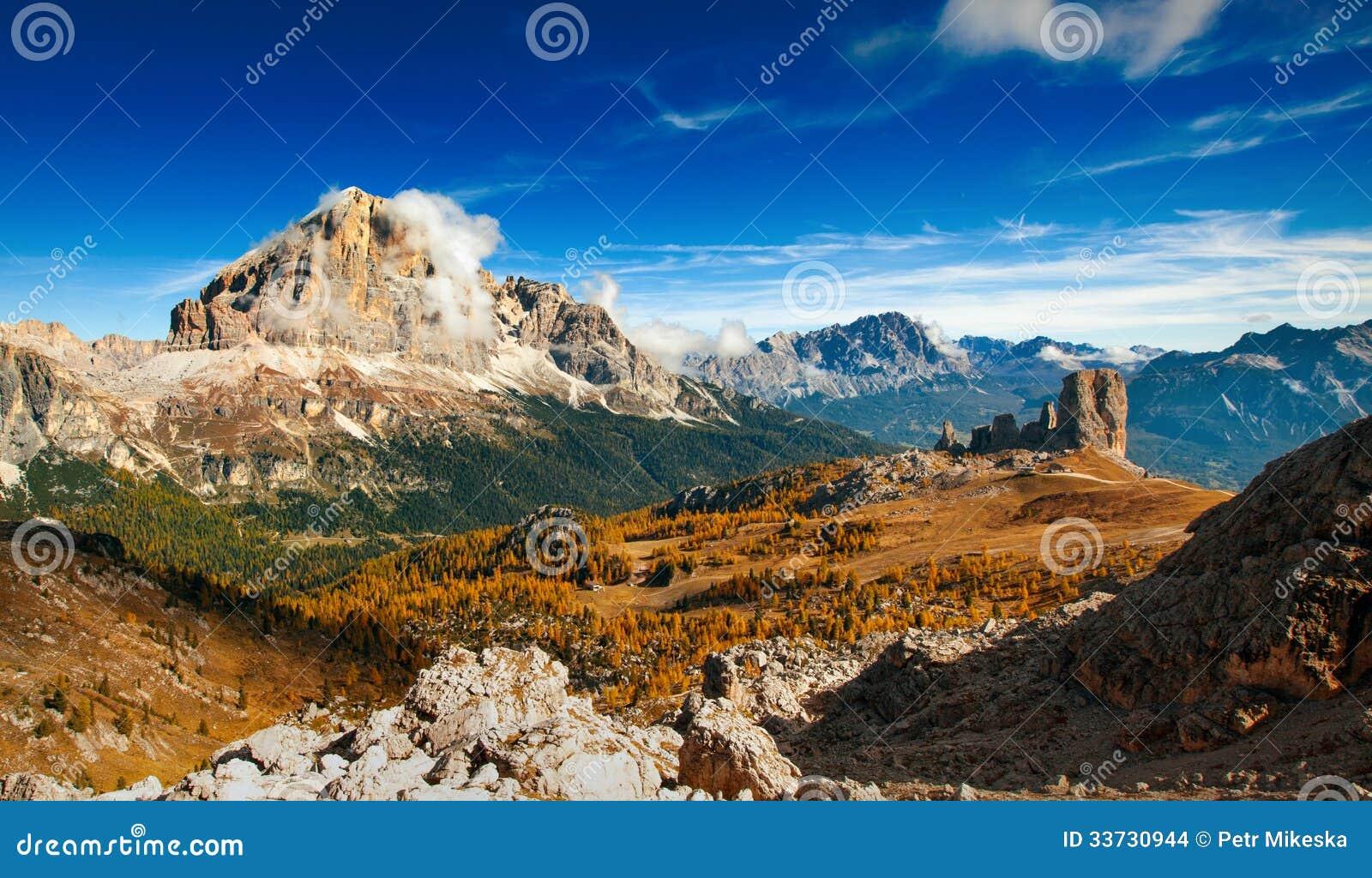 Italiensk dolomiti - panoramautsiktofhighberg