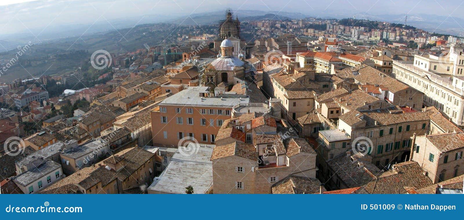 Italiensk liten maceratapanorama för stad