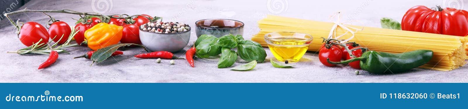 Italiensk matbakgrund med olika typer av pasta, hälsa eller