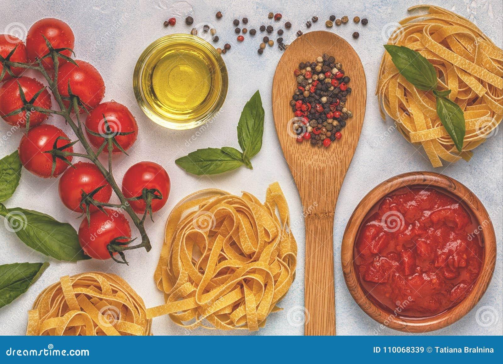 Italiensk matbakgrund med pasta, kryddor och grönsaker