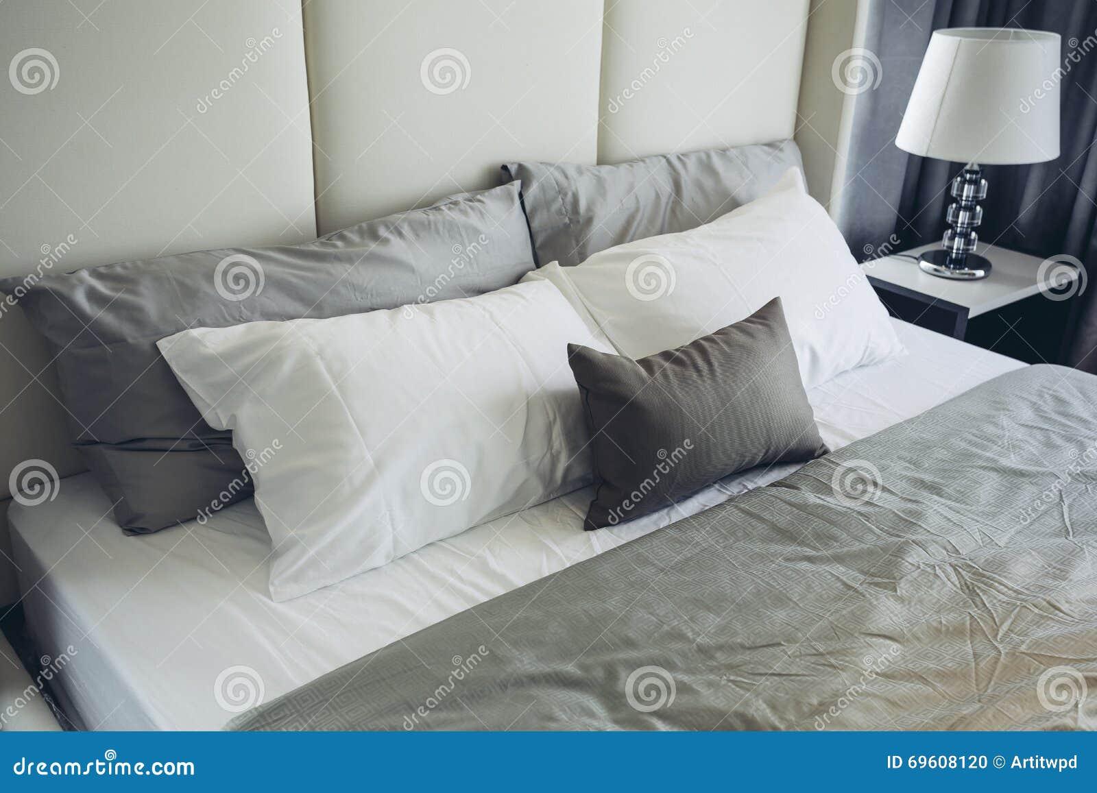 Italiensk modern modell house: grått och vitt sovrum för ...