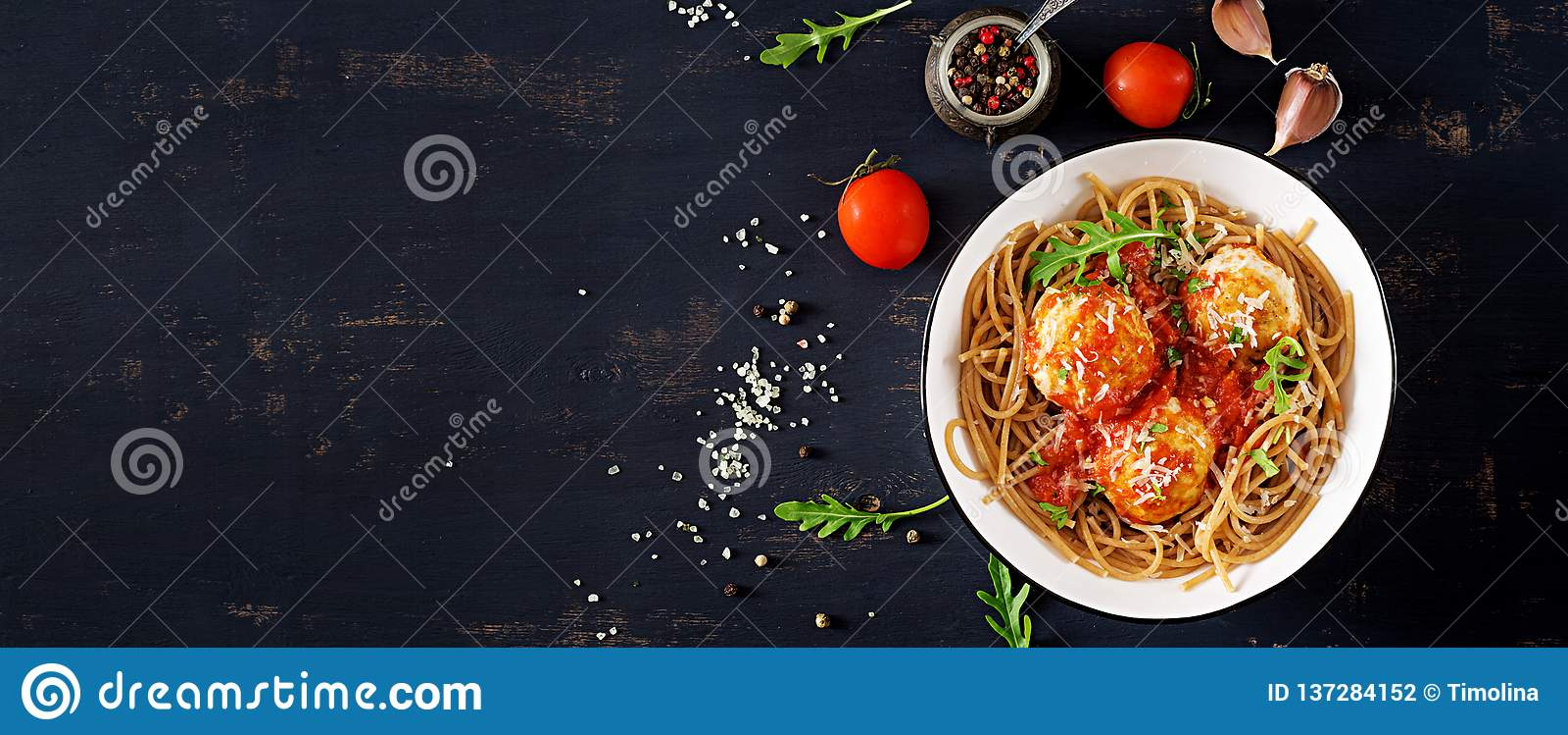 Italiensk pasta Spagetti med köttbullar och parmesanost