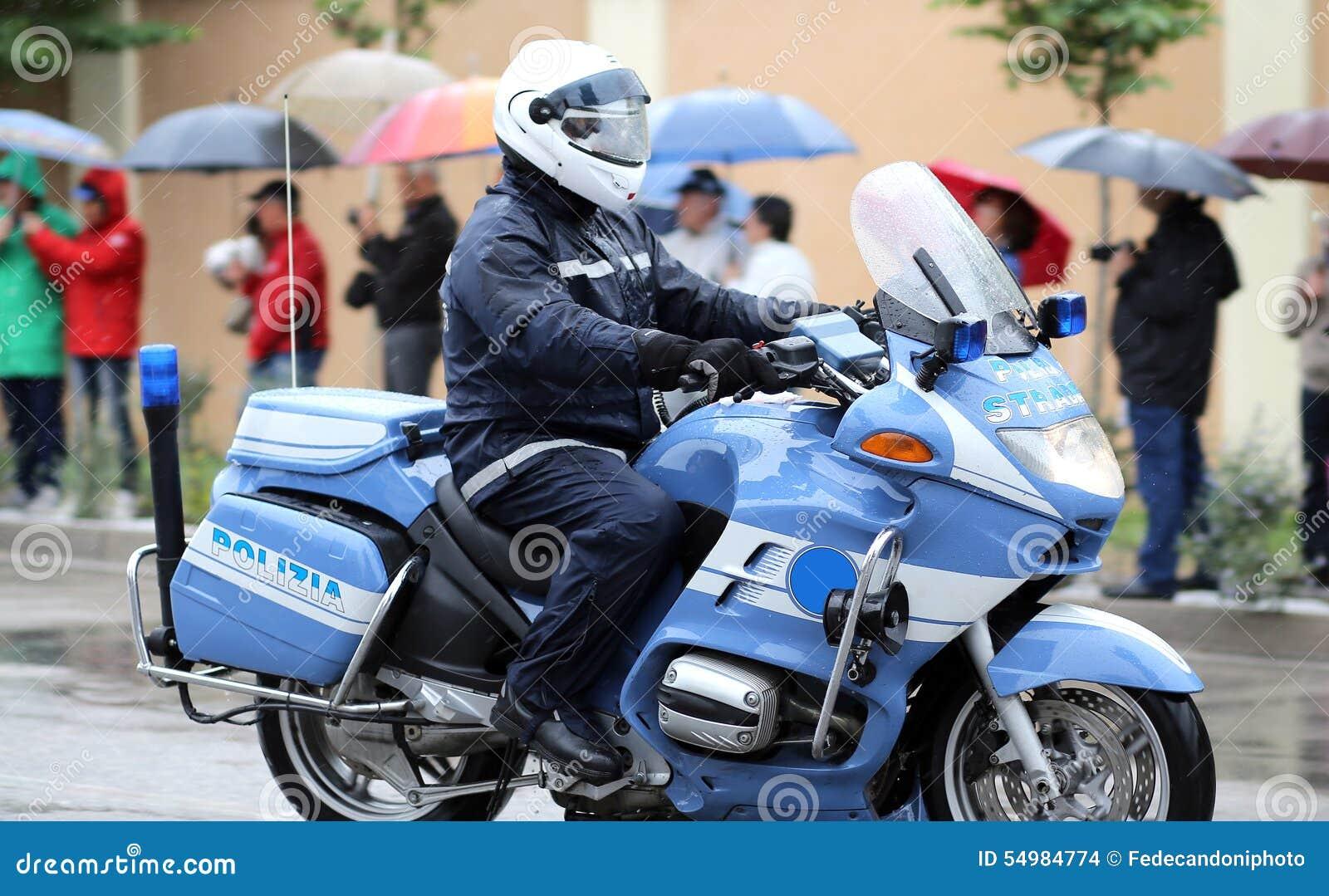 Italiensk polismotorcykel med SNUTEN i regnet