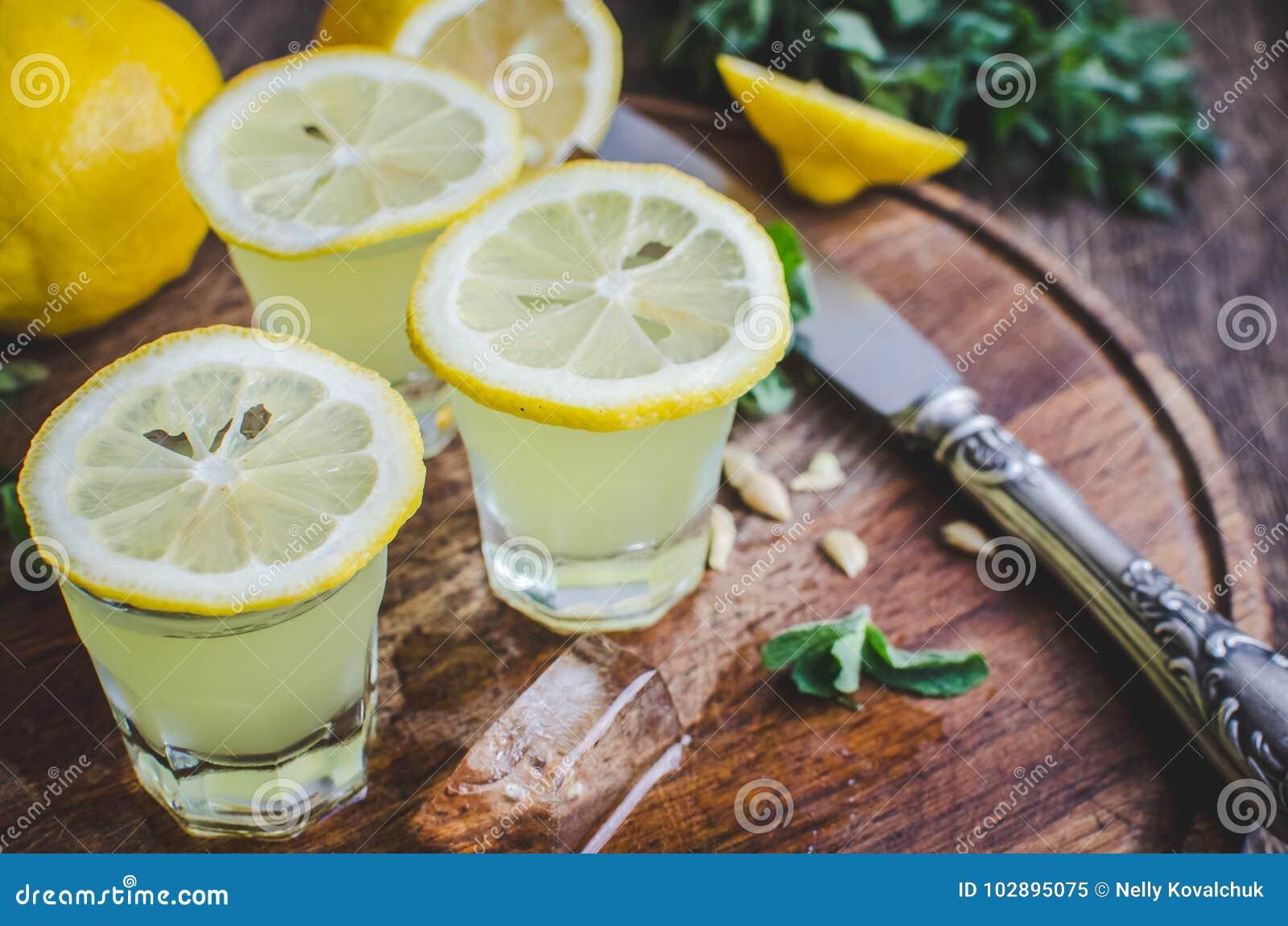 Italiensk traditionell likörlimoncello med citronen