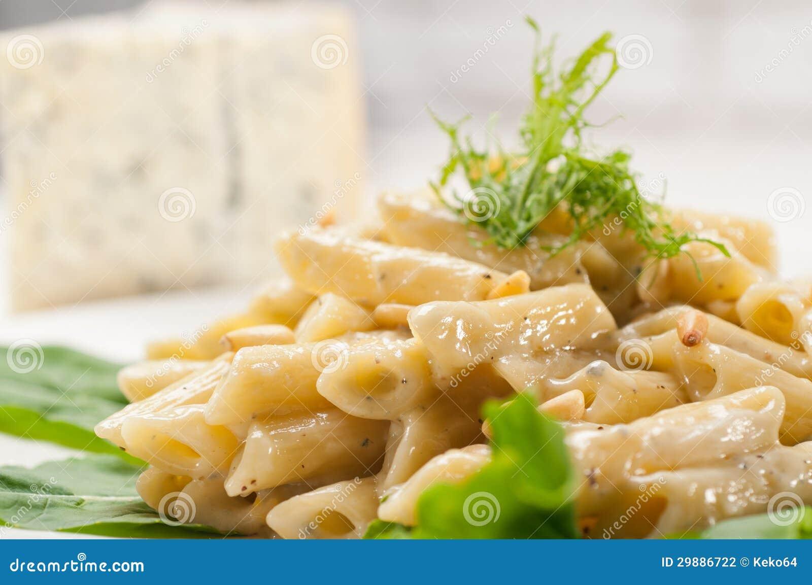 Italiensk pastapenne gorgonzola och sörjer tokigt