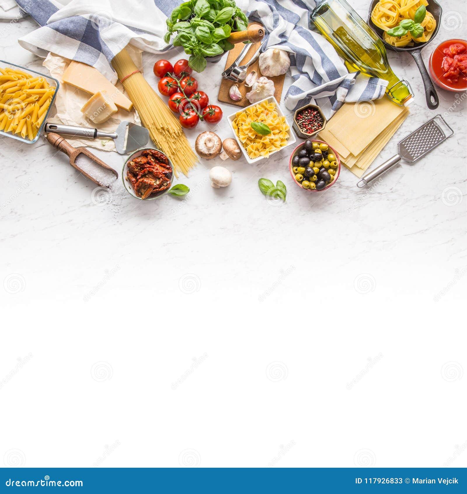 Italienskt G för basilika för ost för parmesan för olivolja för pasta för matingredienser