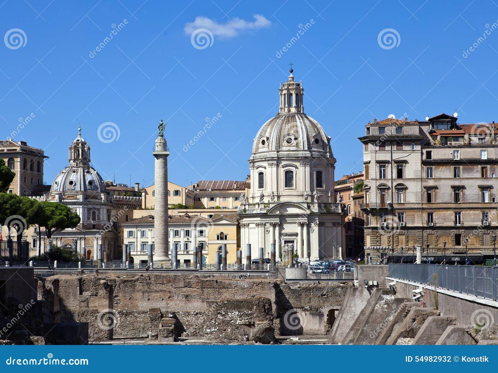 Italy roma Coluna Trojan, igrejas de Santa Maria di Loreto e de Santissima Nome di Maria (a maioria de nome santamente de Mary),