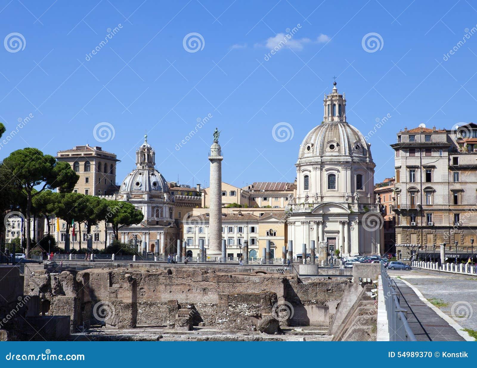 Italy rome Den Trojan kolonnen, kyrkor av Santa Maria di Loreto och Santissima Nome di Maria (mest heligt namn av Mary), och förd