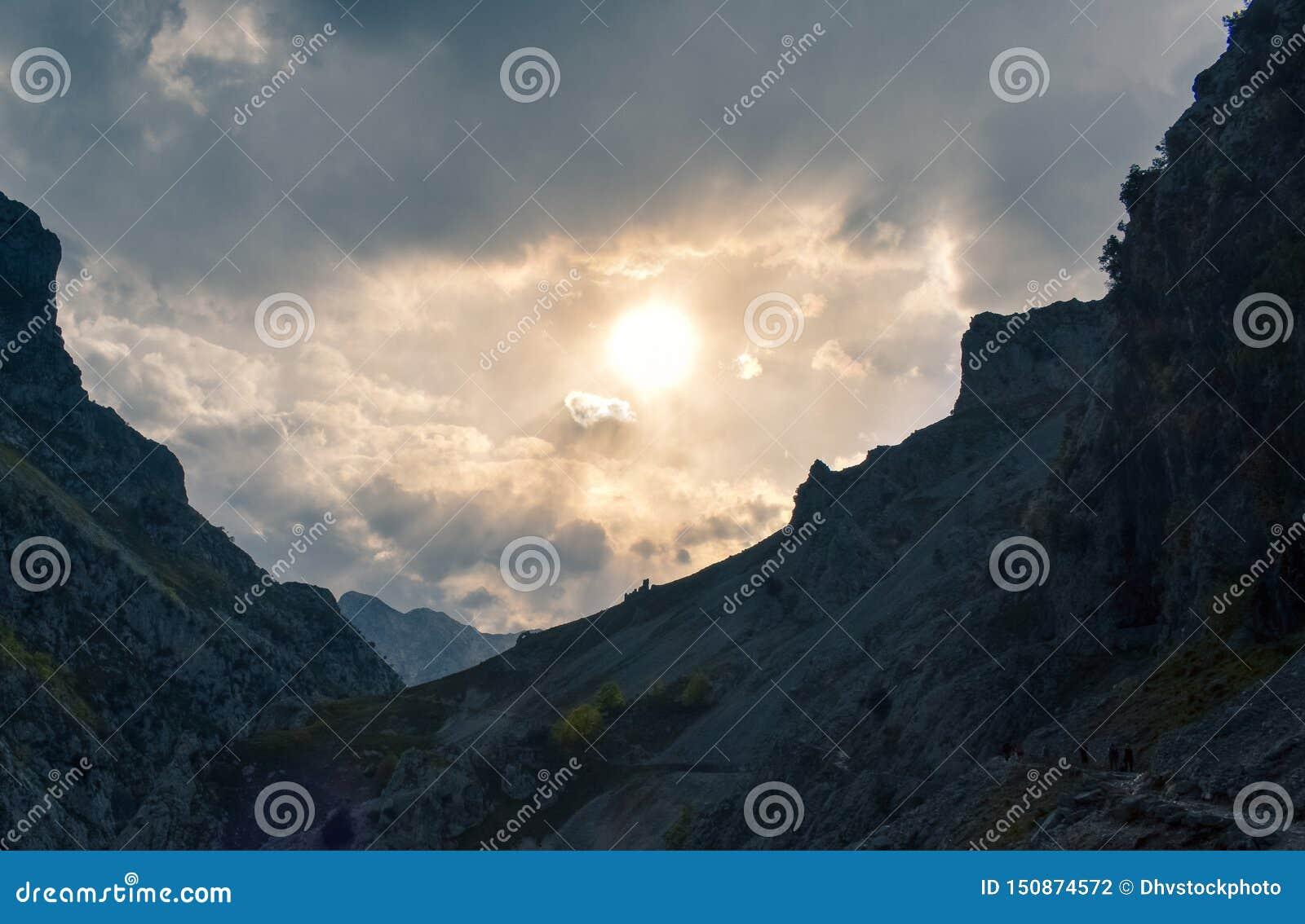 Itinéraire de trekking avec des crêtes au fond au coucher du soleil, Asturies