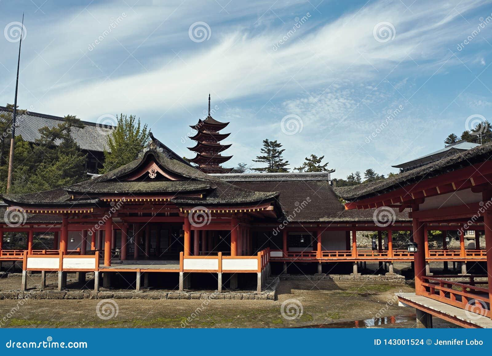 Itsukushima świątynia na pięknym jasnym dniu