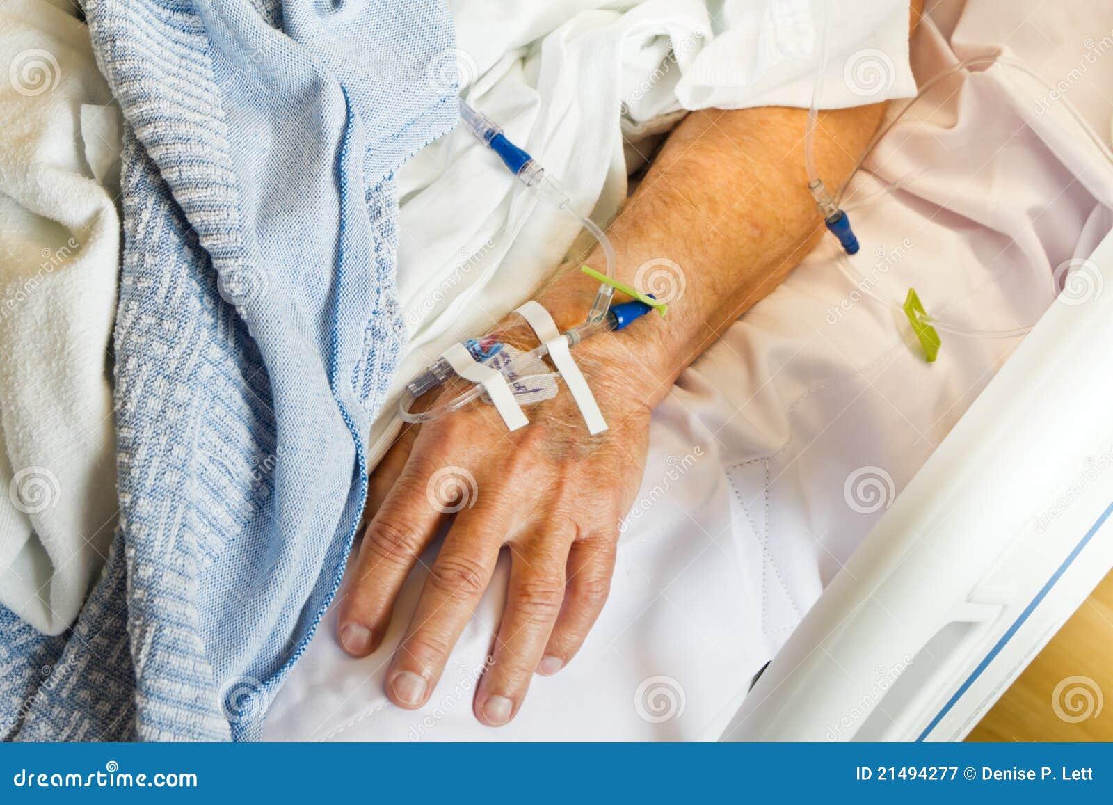 IV dans la main de patient hospitalisé