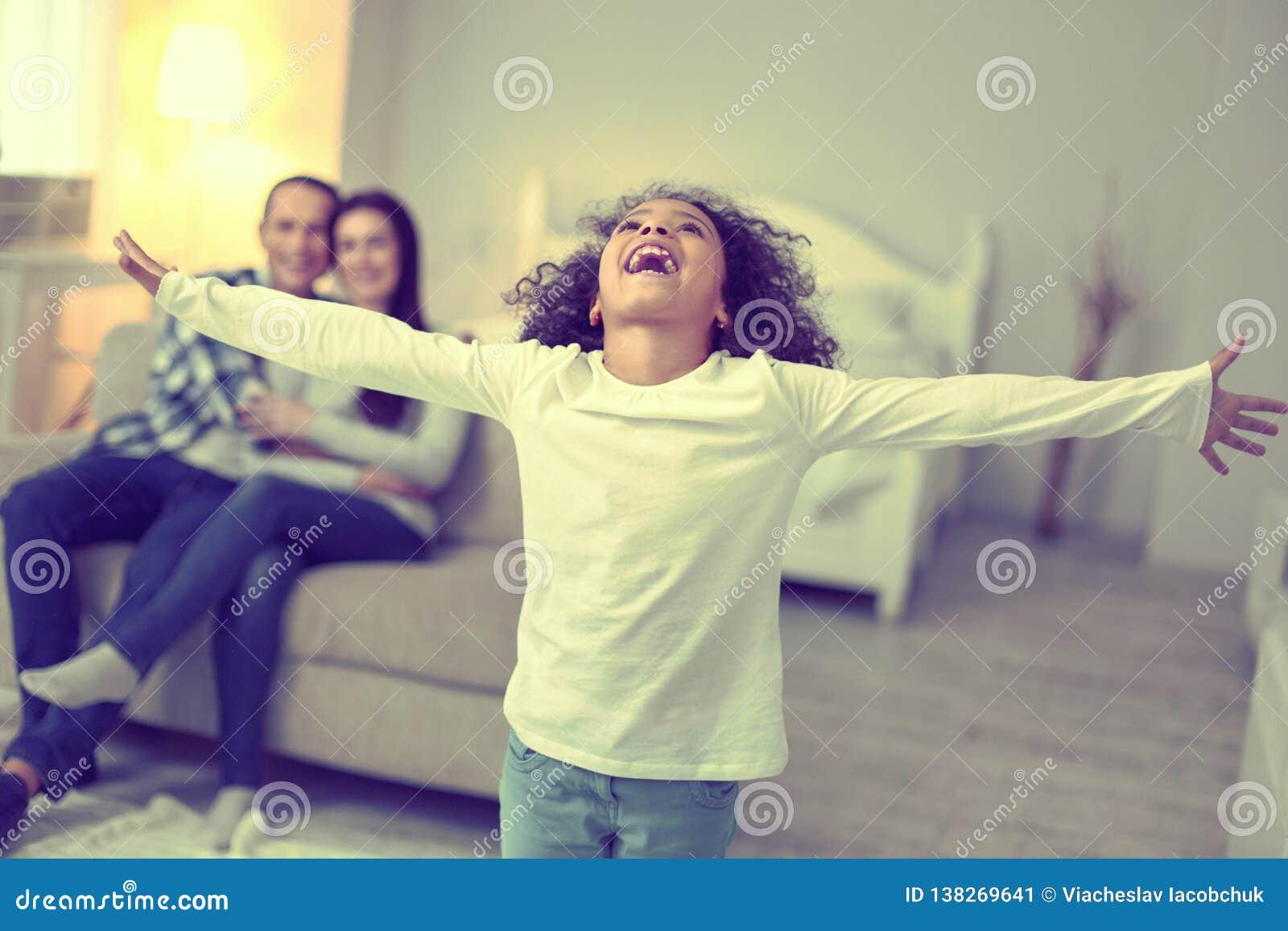 Ivrig upphetsad unge som ut låter ett skrik av entusiasm