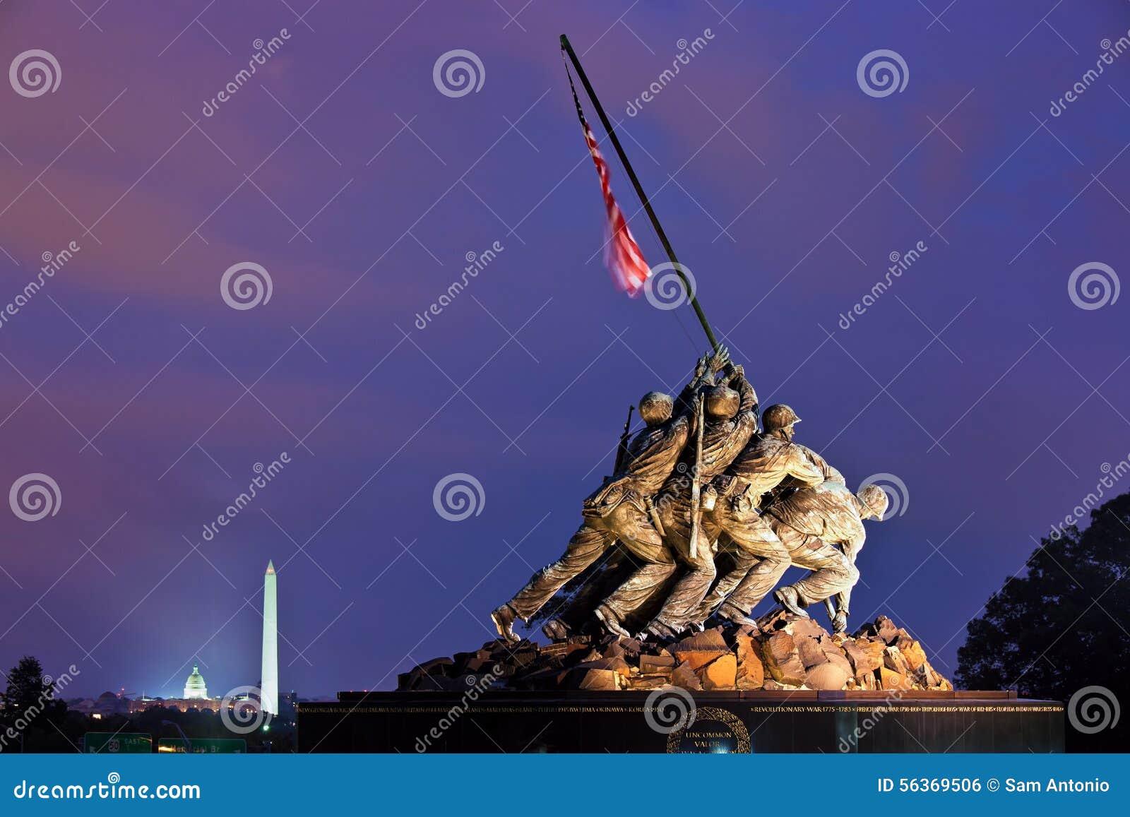 Iwo Jima Memorial (Marine Corps War Memorial) bij nacht, Washington, gelijkstroom, de V.S.