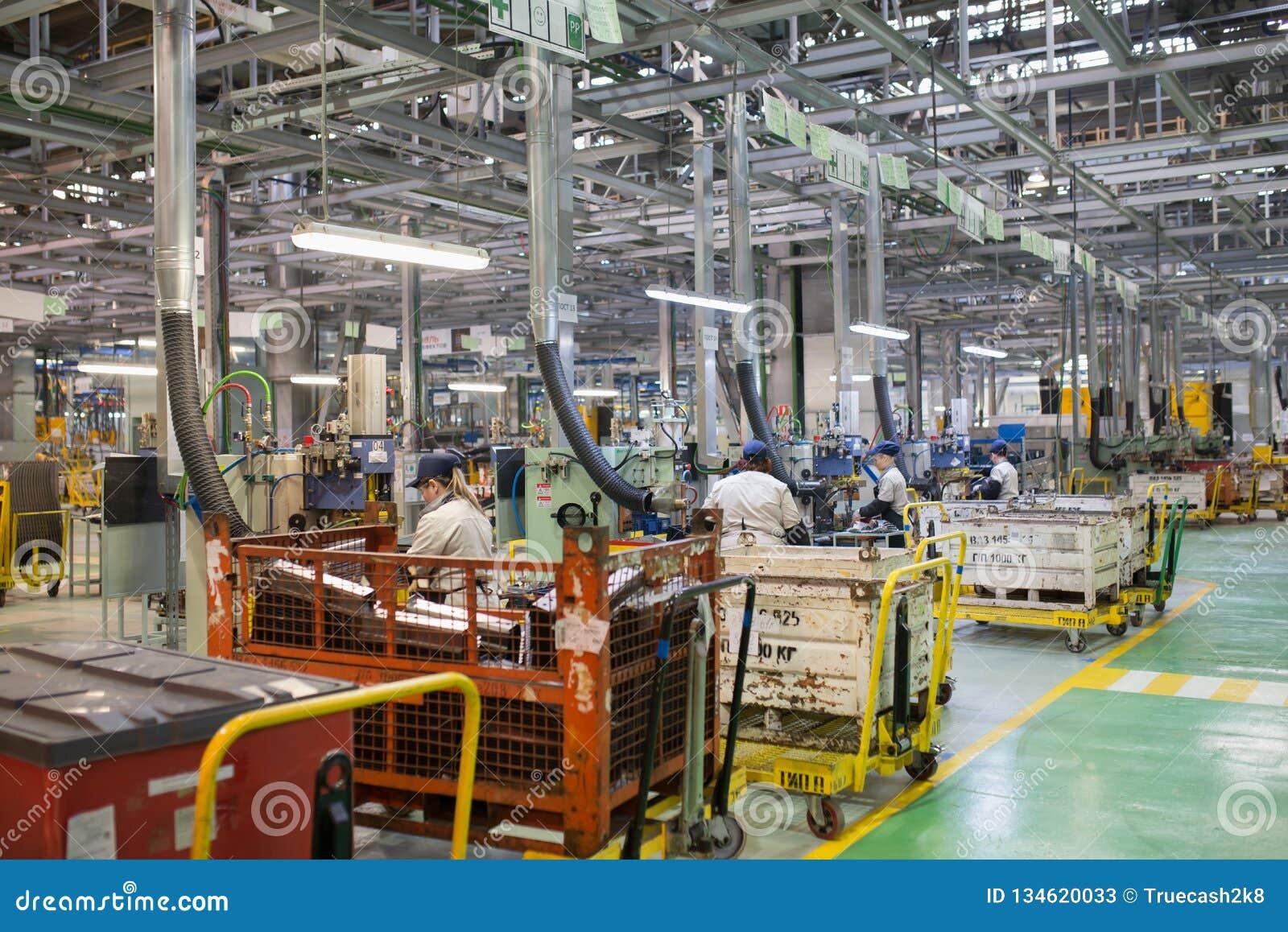 Izhevsk, Rússia - 15 de dezembro de 2018: Cadeia de fabricação produção do carro novo de LADA na fábrica de automóvel AVTOVAZ em