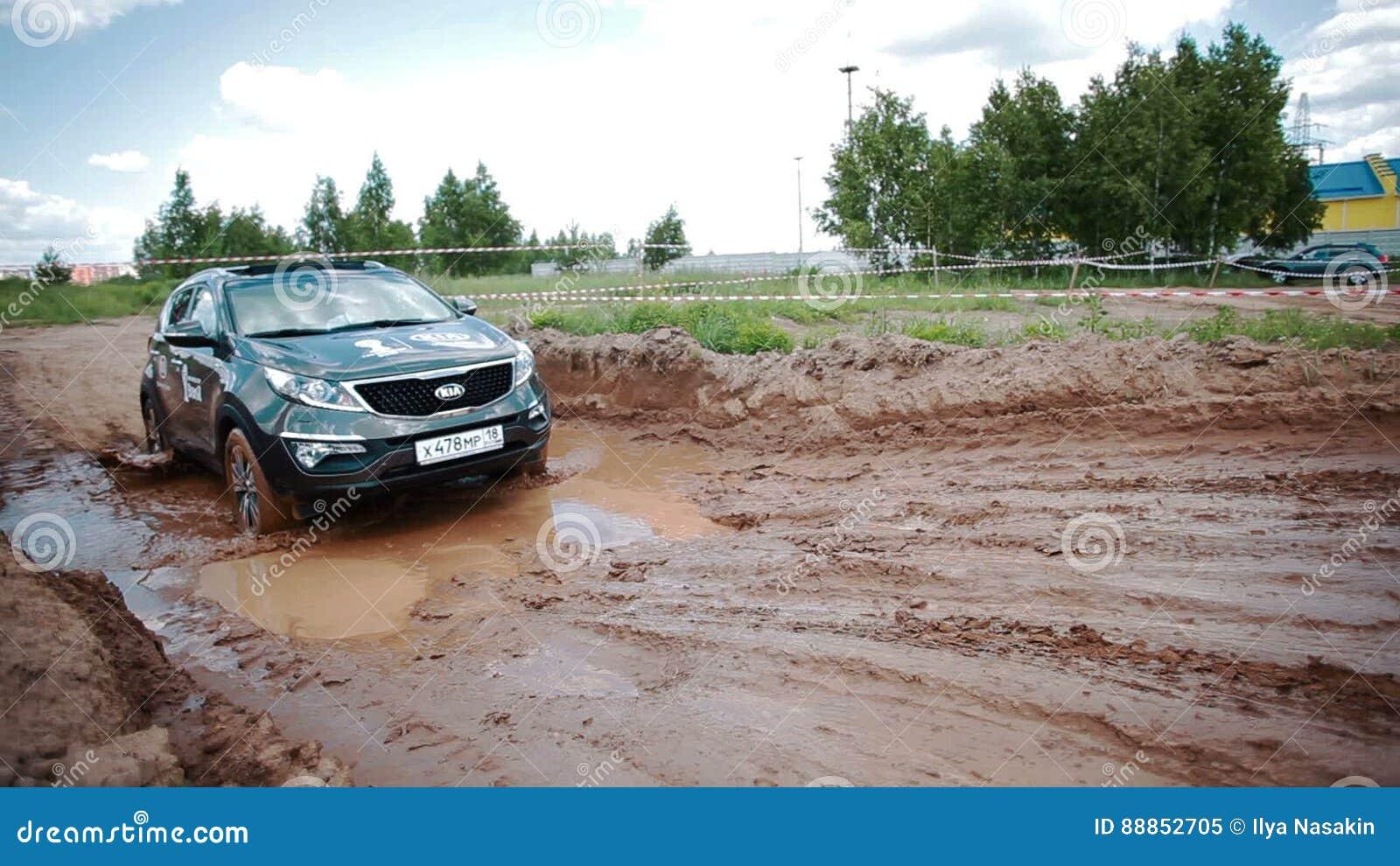 Awesome IZHEVSK, RÚSSIA   22 DE JUNHO DE 2014: Kia Sportage Na Movimentação Offroad  Do Teste Video Estoque   Vídeo De Indicador, Compact: 88852705