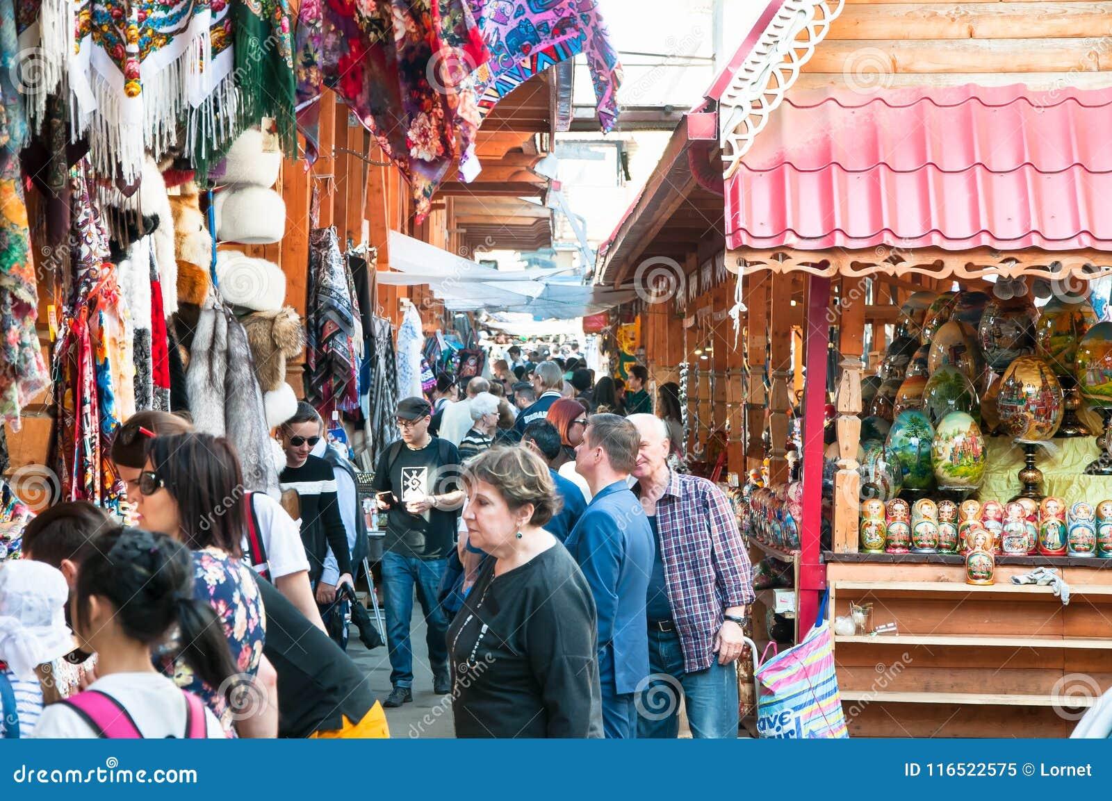 Izmailovo het Kremlin die alle beste verzamelen die in de koninklijke woonplaats was, menigte van toeristen gaat bezienswaardighe