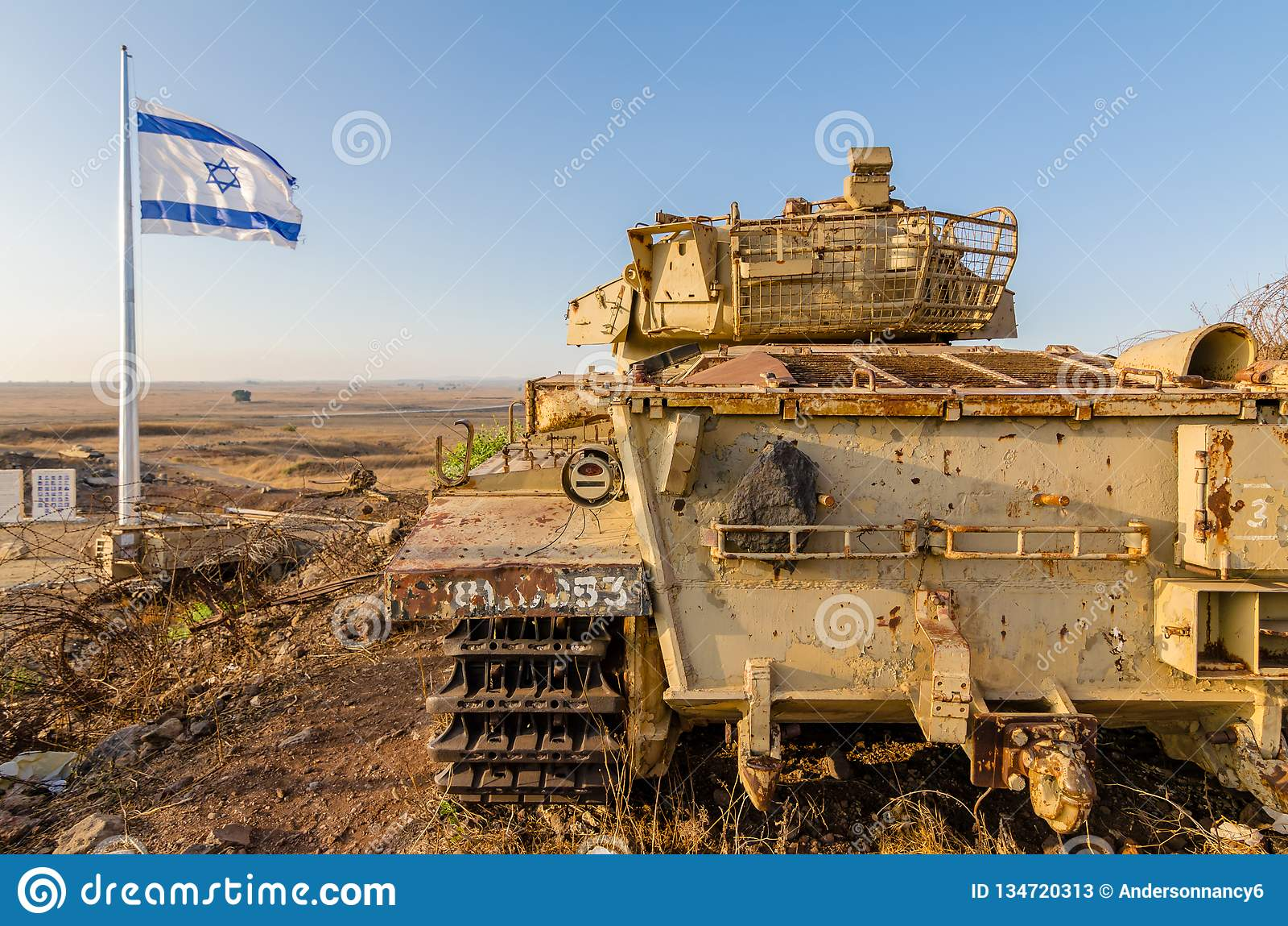 Izraelity chorągwiany latanie obok Izraelickiego zbiornika od Yom Kippur wojny przy Tel Saki na wzgórze golan