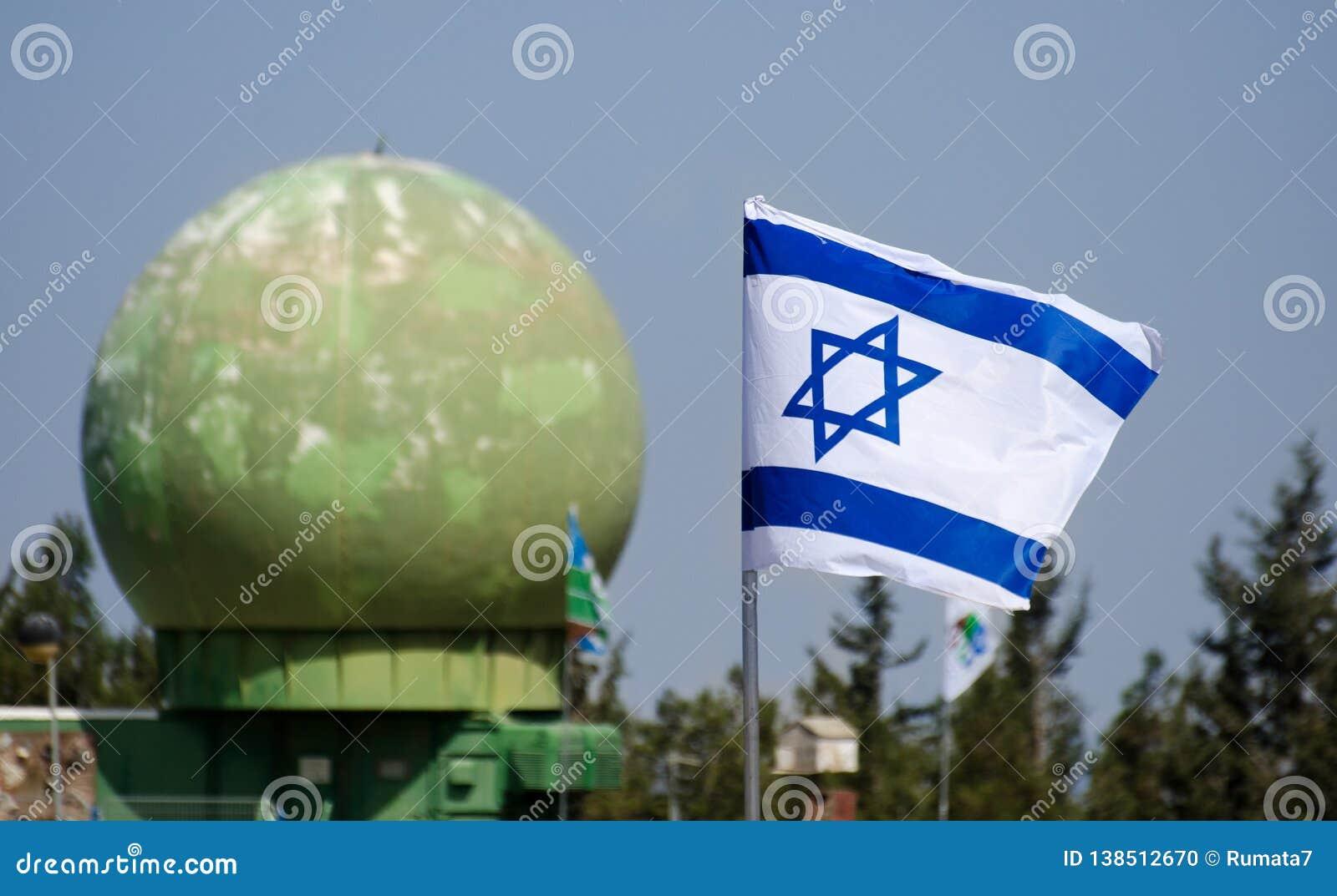 Izraelska flaga w niebieskim niebie przy Latrun Opancerzonymi korpusami Muzealnymi
