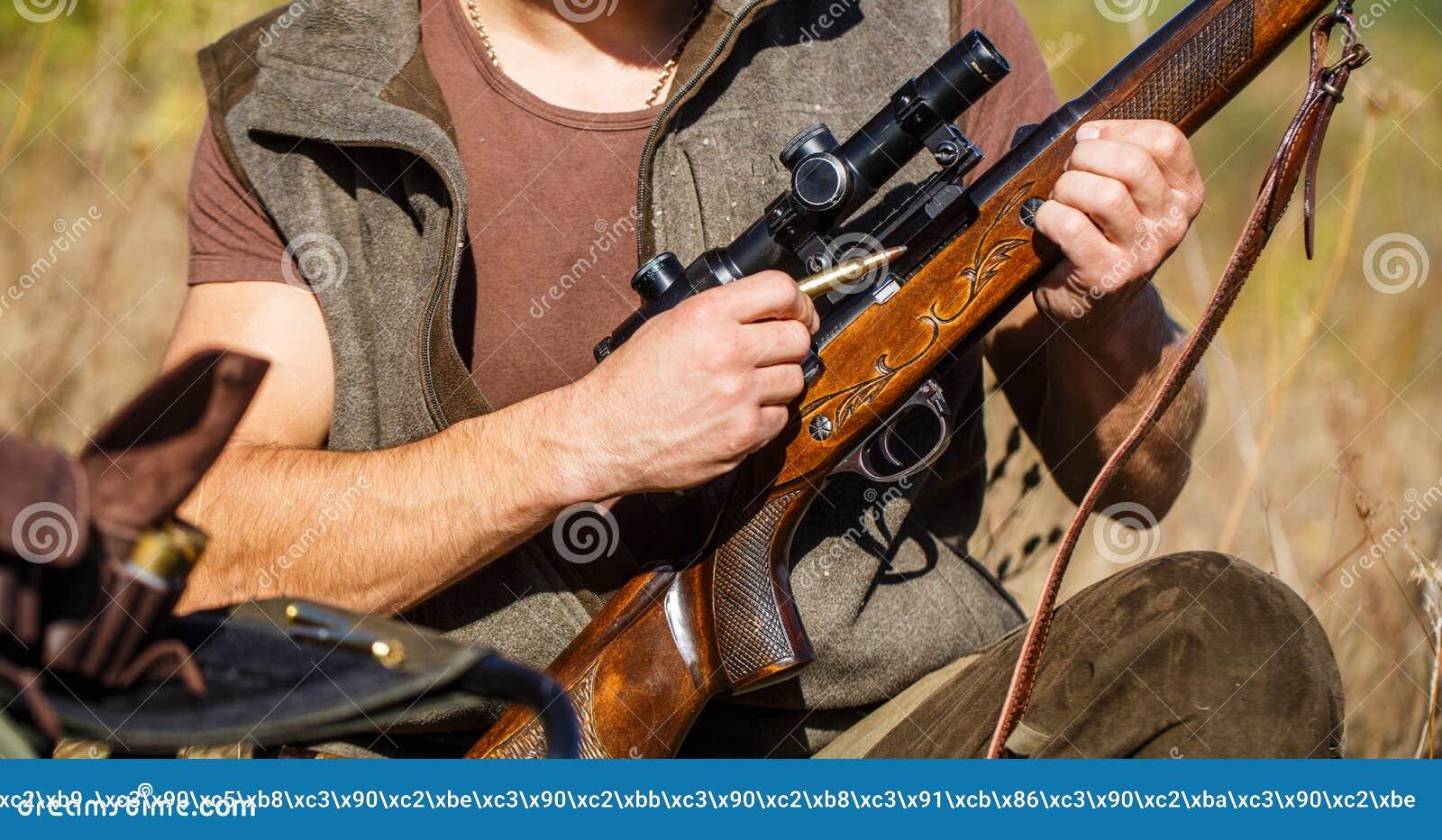 Jägareman Jaga period Man med ett vapen, gevär Mannen laddar ett jaktgevär close upp Process av jakt under