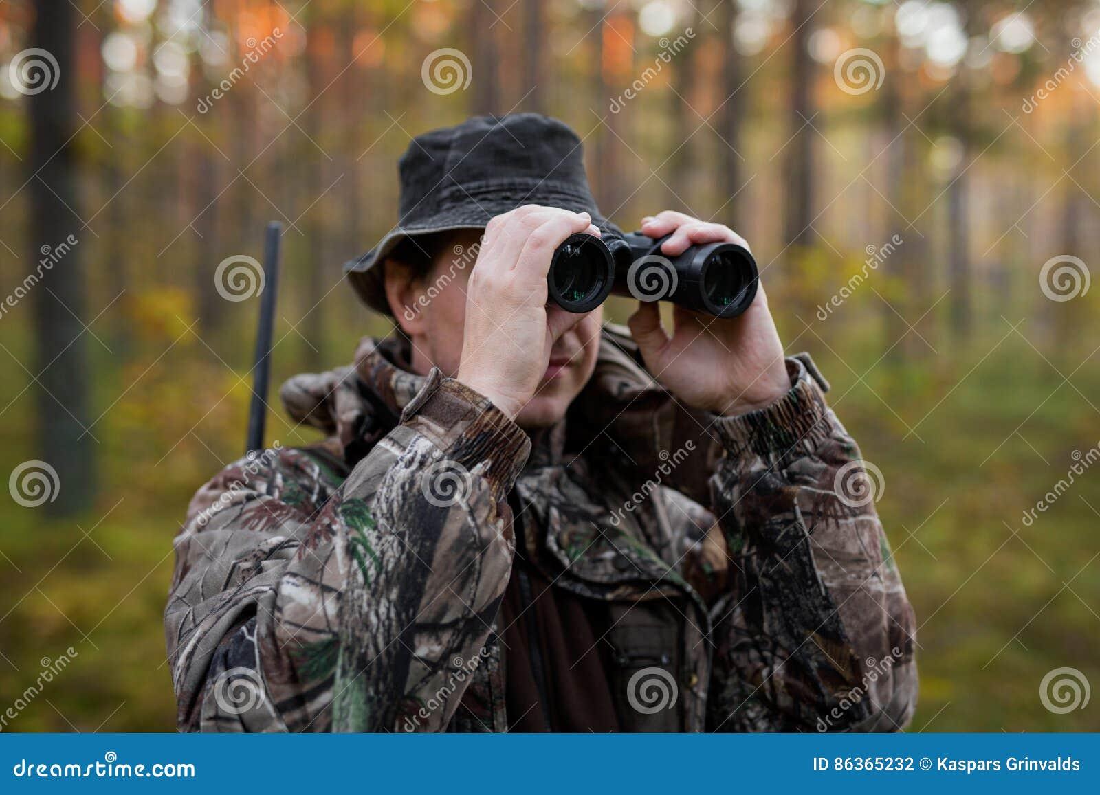 Jäger der ferngläser untersucht stockfoto bild von jagd wald