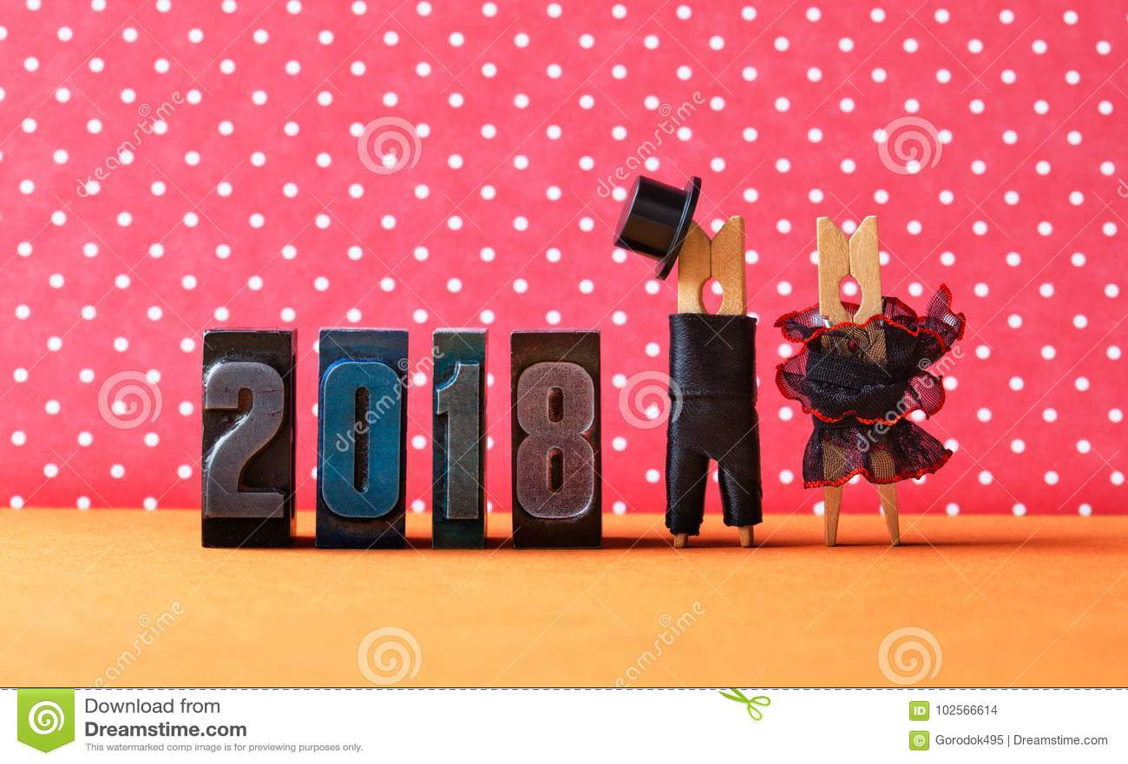 2018-jährig im Liebesparteiplakat Pflegen Sie schwarzen Anzugshut, schwarzes rotes Kleid der Braut Wäscheklammercharaktere, Heira