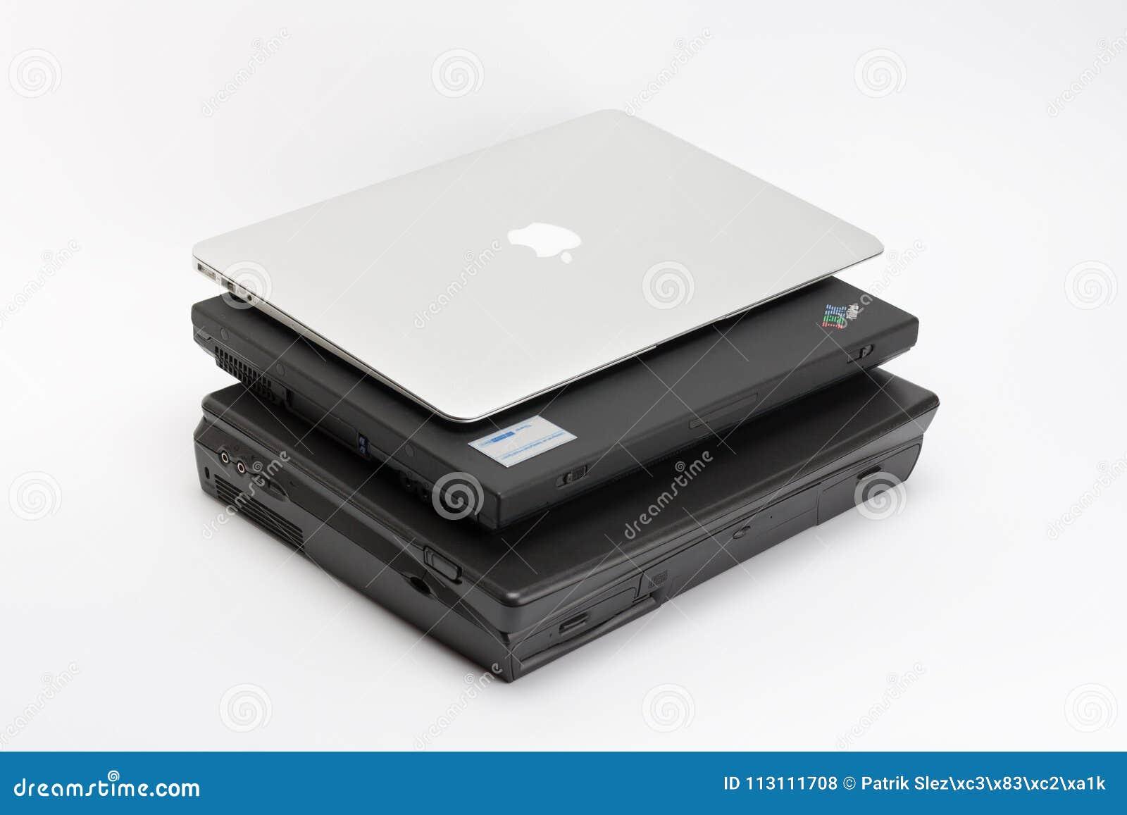 Jämföra av bärbara datorer, nya moderna och två gamla bärbara datorer