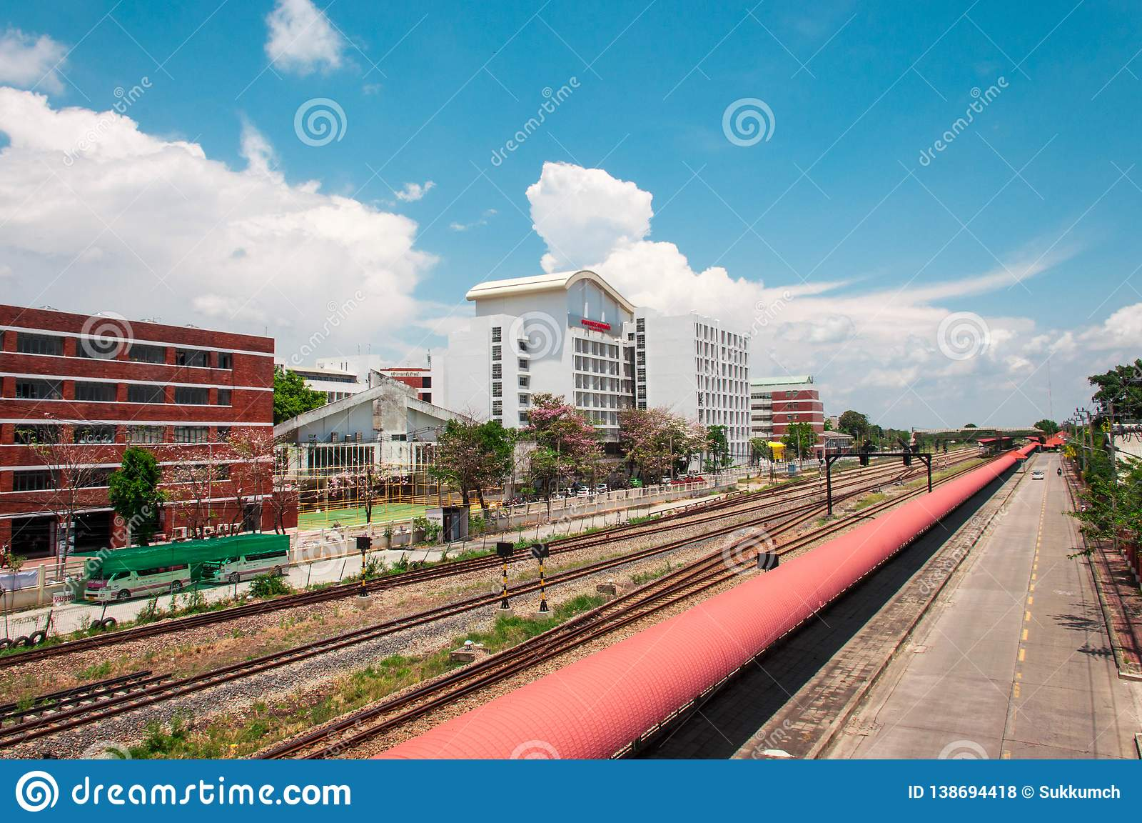 Järnväg nästan som bygger med blå himmel