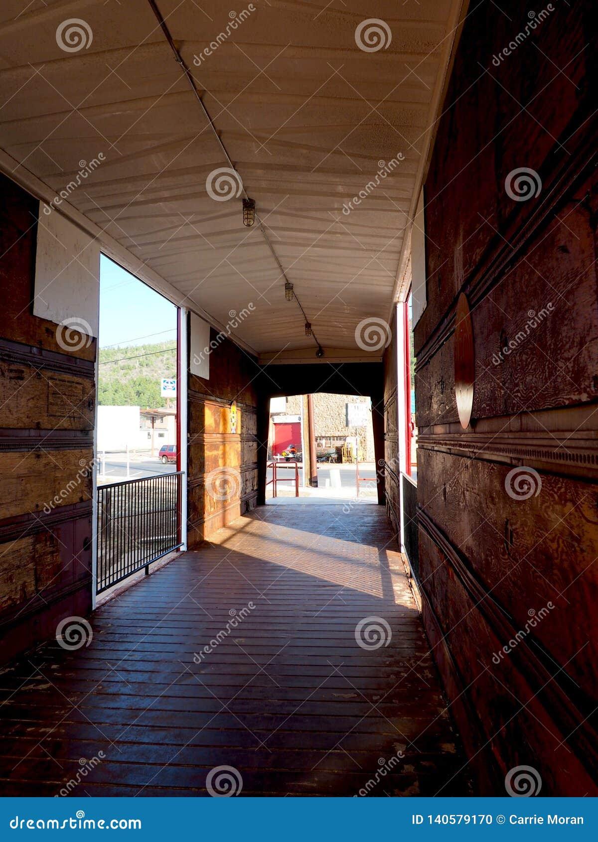 Järnvägbil som är inre med skuggor i Arizona