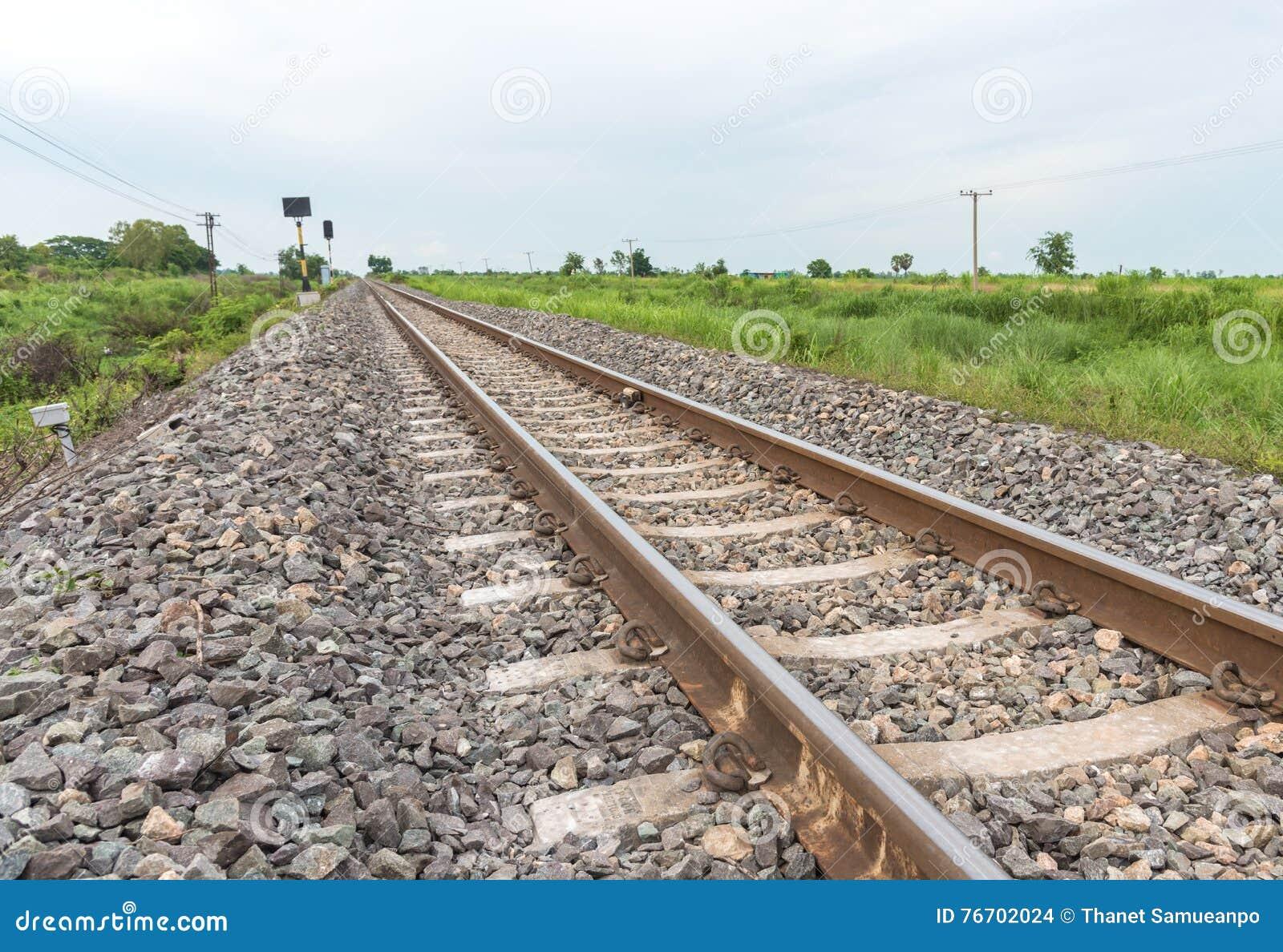 Järnvägspår som rakt till leder från vänstert