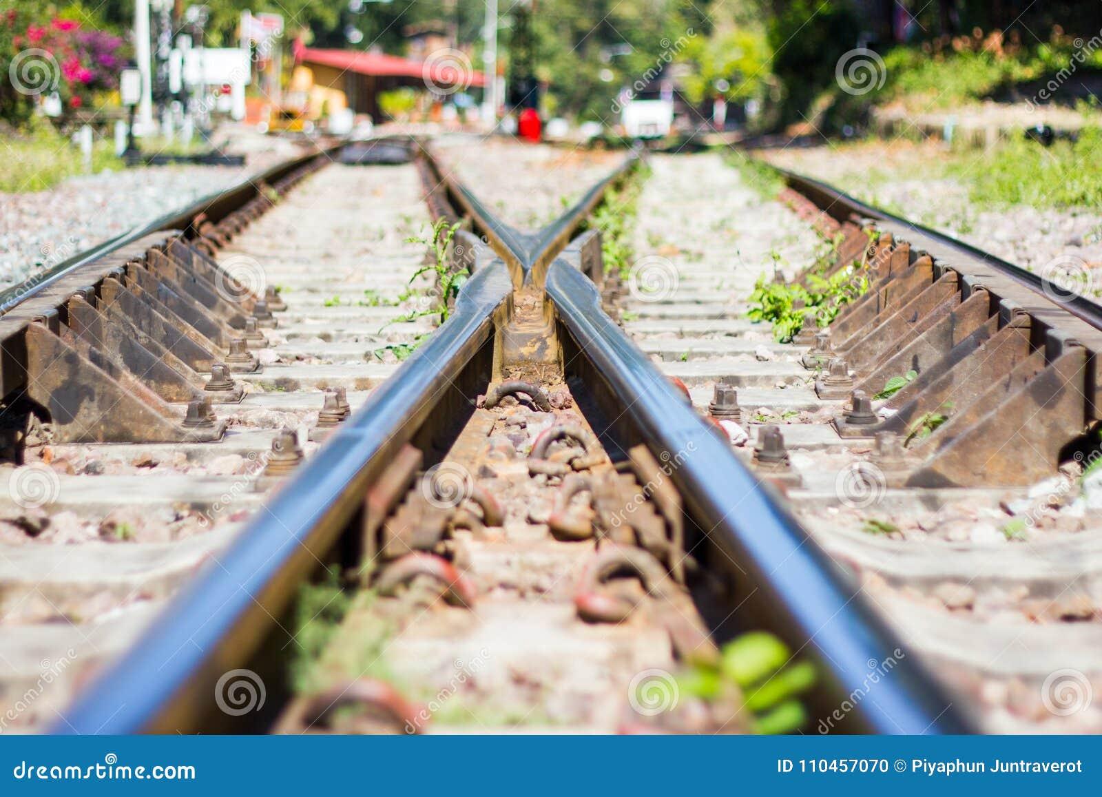 Järnvägsspår linje korsning järnvägsspår på stenen