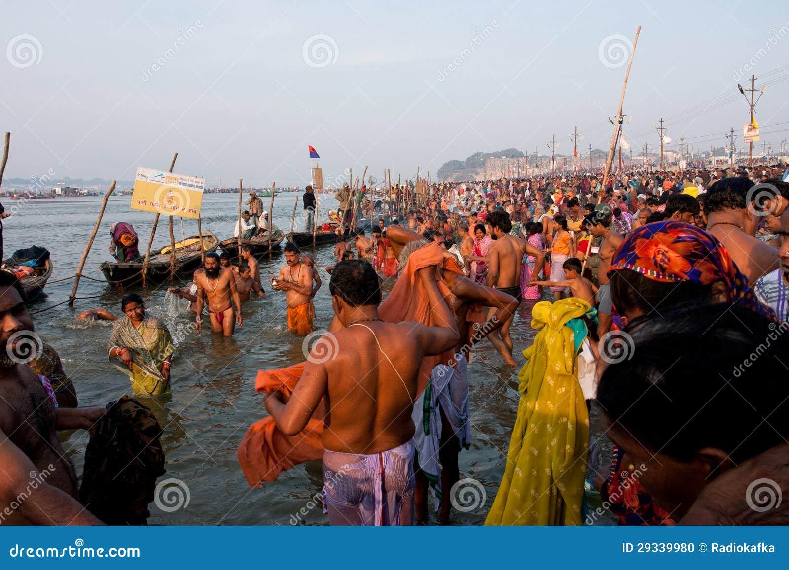 Jätte- folkmassa av hindusen i floden