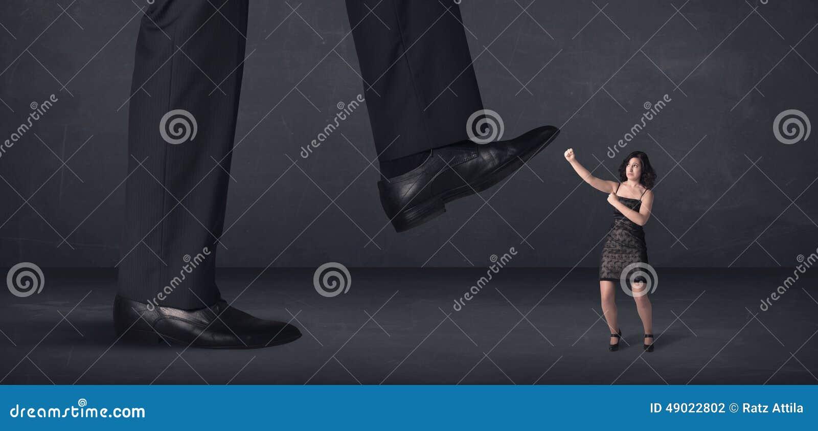 Jätte- person som lite kliver på affärskvinnabegrepp