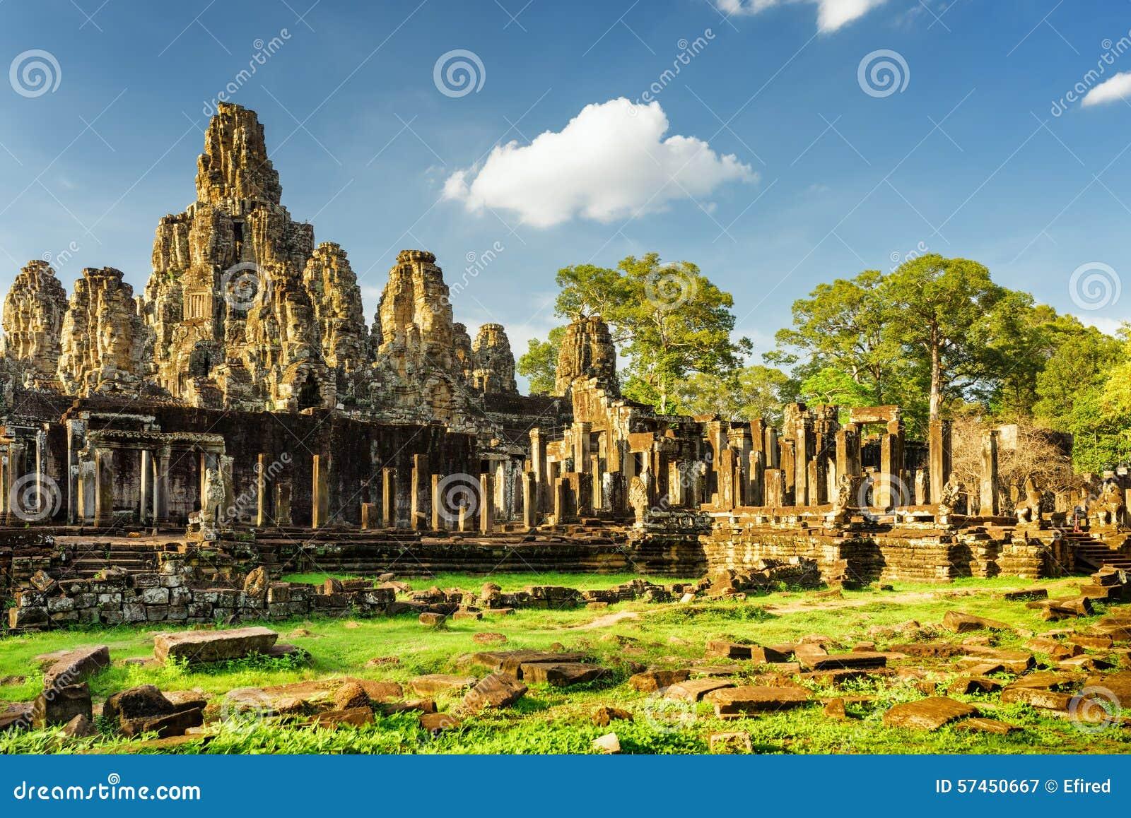 Jätte- stenframsidor av den Bayon templet i Angkor Thom, Cambodja