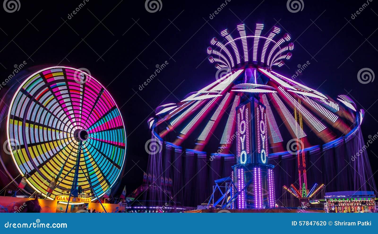 Jätten Ferris Wheel och jojjade munterhetritt