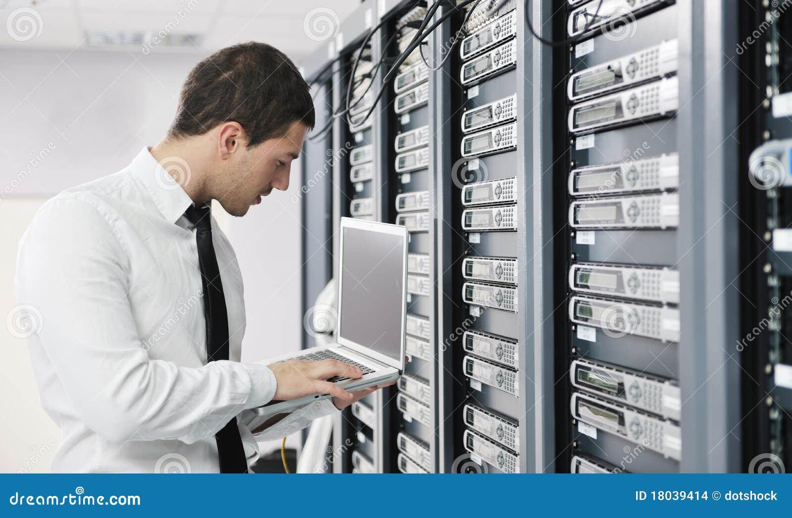 Jóvenes él ingeniero en sitio del servidor del datacenter
