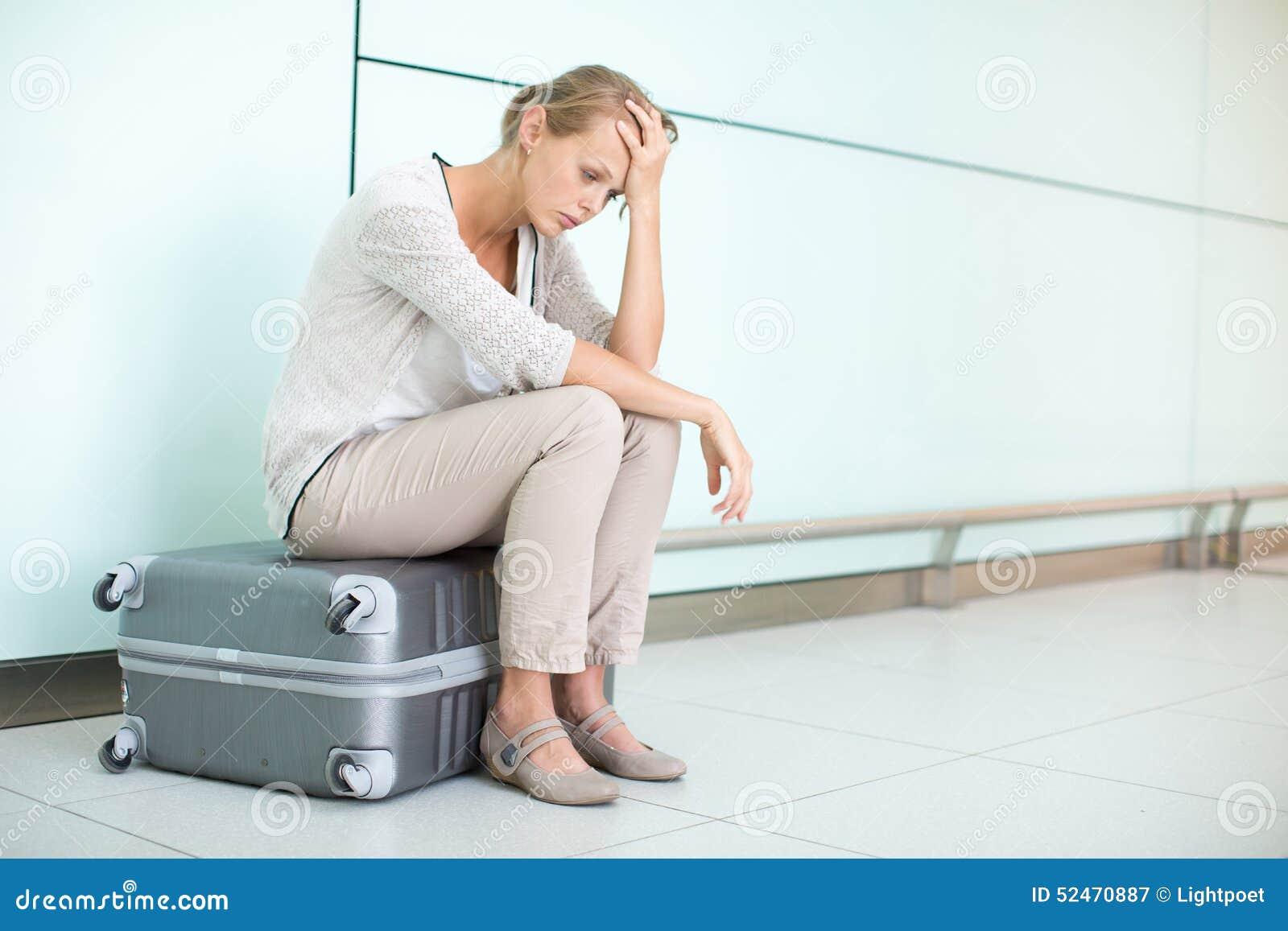 Jóvenes, pasajero frustrado femenino en el aeropuerto