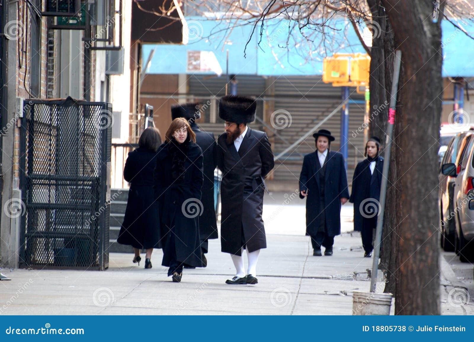 Jüdische New Yorker Im Traditionellen Kleid Redaktionelles Stockfoto ...