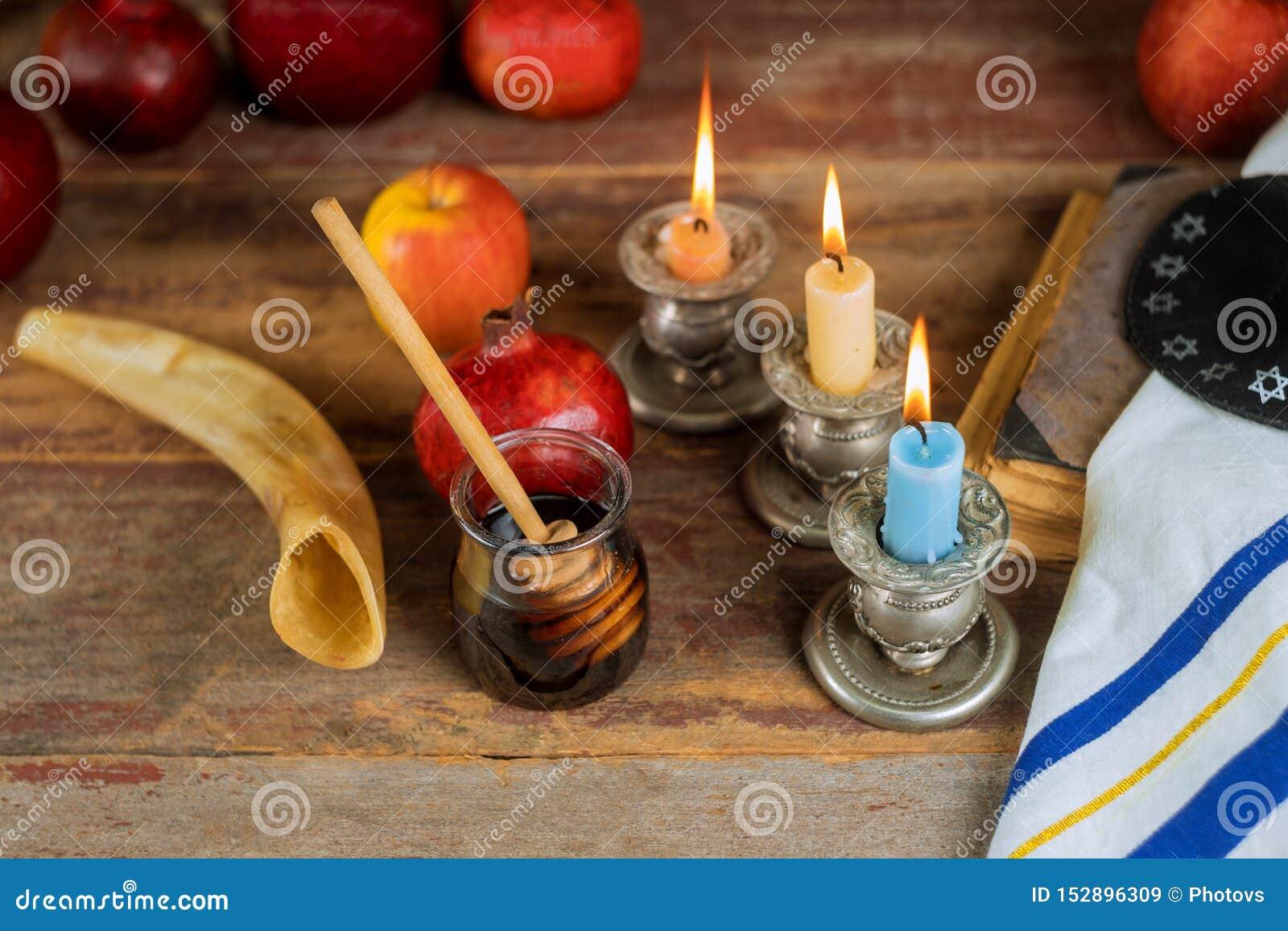 Jüdischer Feiertag Rosh Hashanah, Äpfel Honig und Granatapfel torah Buch, kippah ein yamolka talit