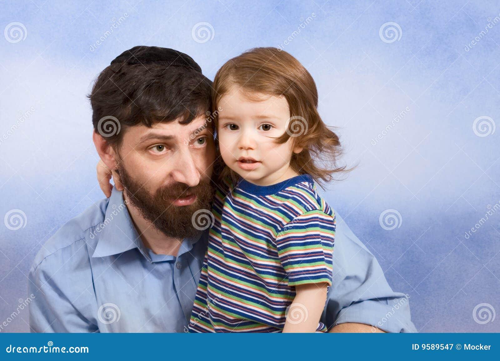 Jüdischer Vater im Yarmulke mit seinem jungen Sohn