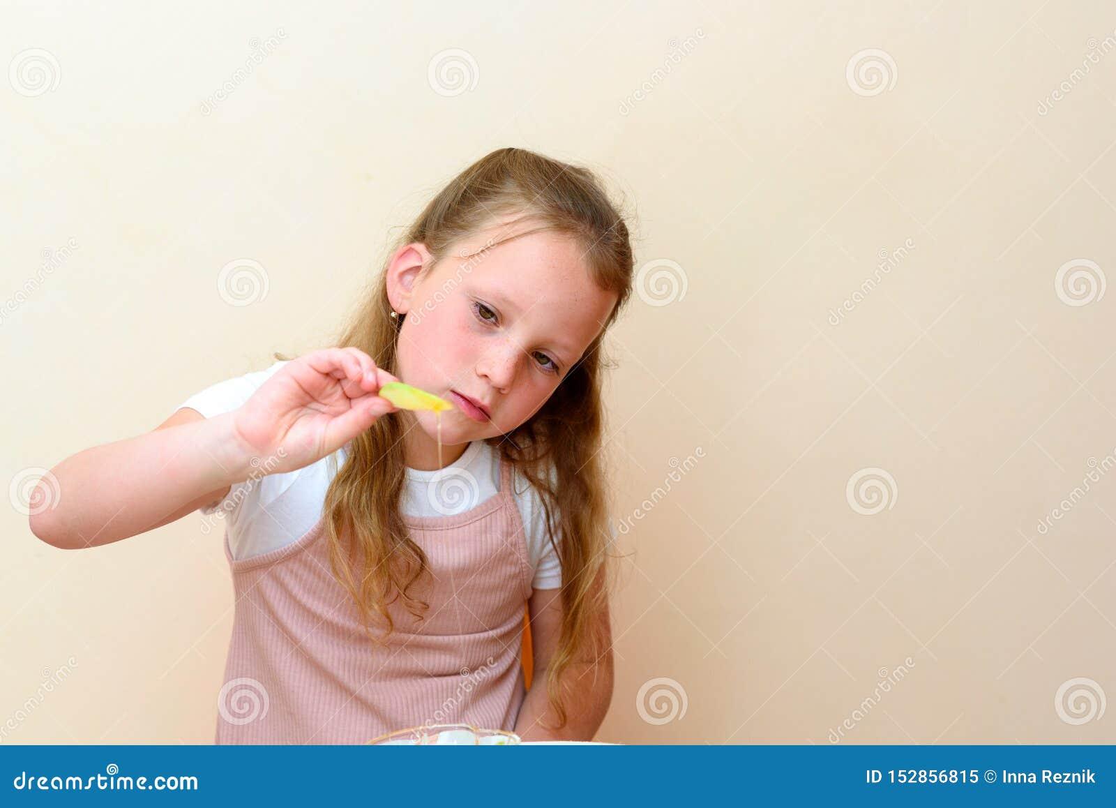 Jüdisches Kind, das Apfelscheiben in Honig auf Rosh HaShanah eintaucht