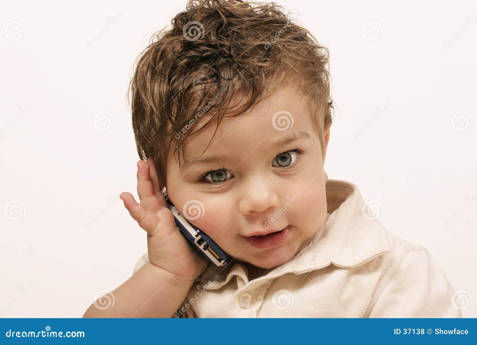 Jüngeres mit Mobiltelefon