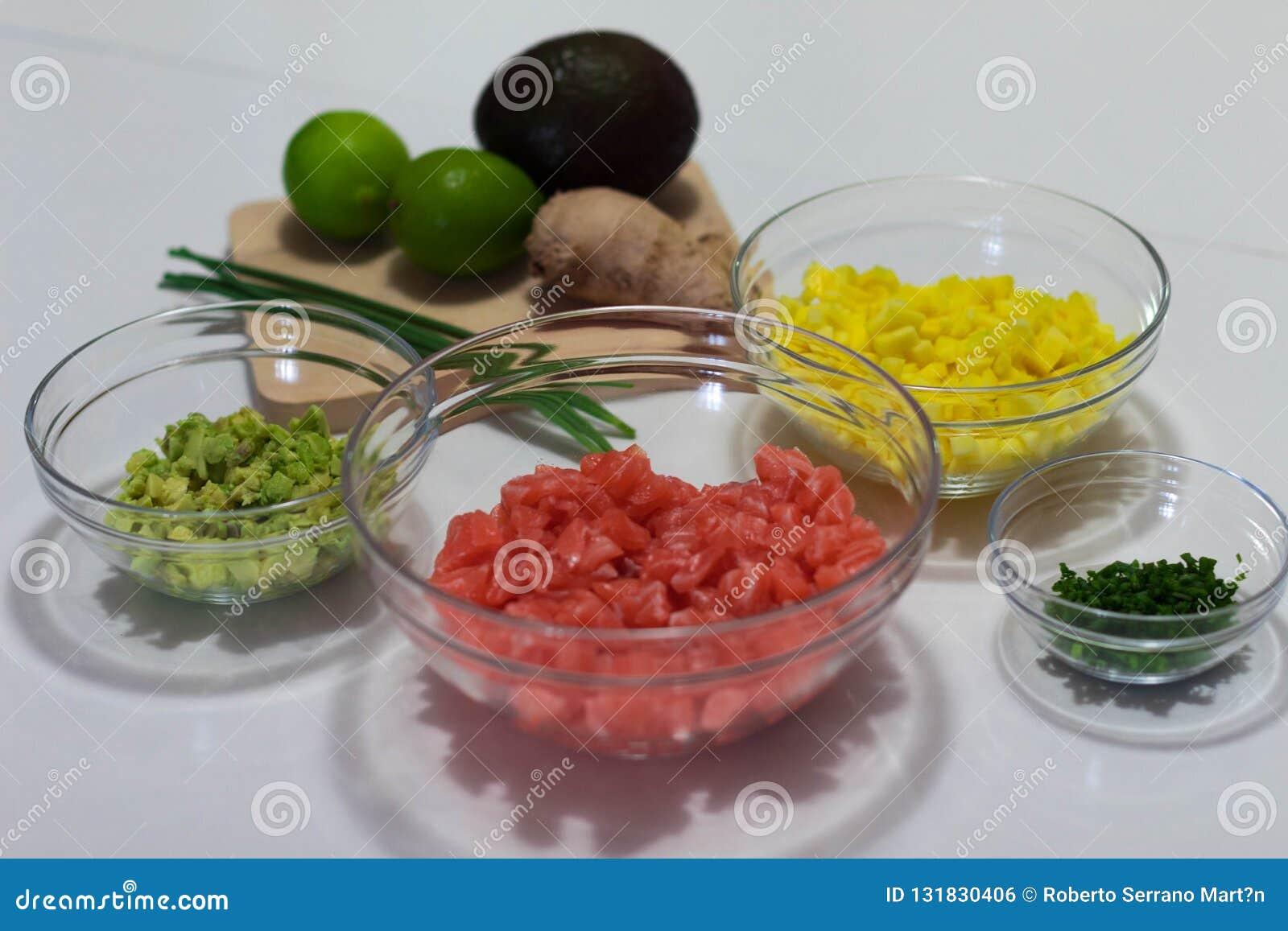 J ai fait à cette photographie les ingrédients coupés et prêts à faire cuire un tartre saumoné Ces ingrédients sont avocat, mangu
