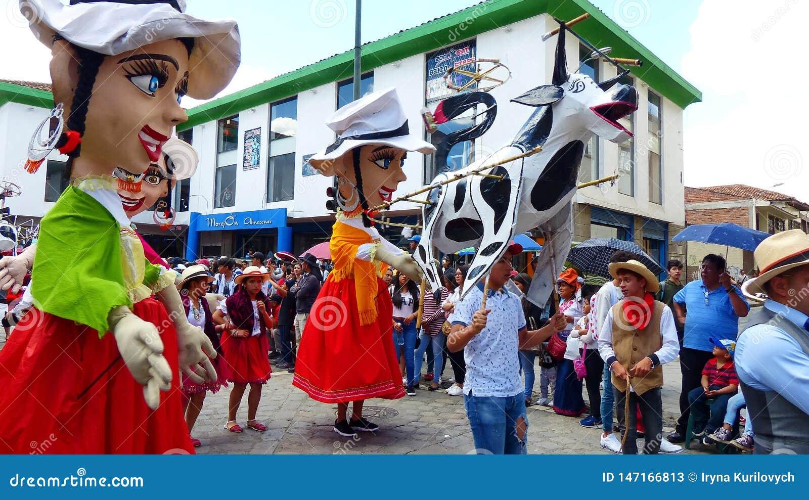 J?tte- skyltdockor, folk dansare och ?galet kraxar ?p? st?tar, Ecuador