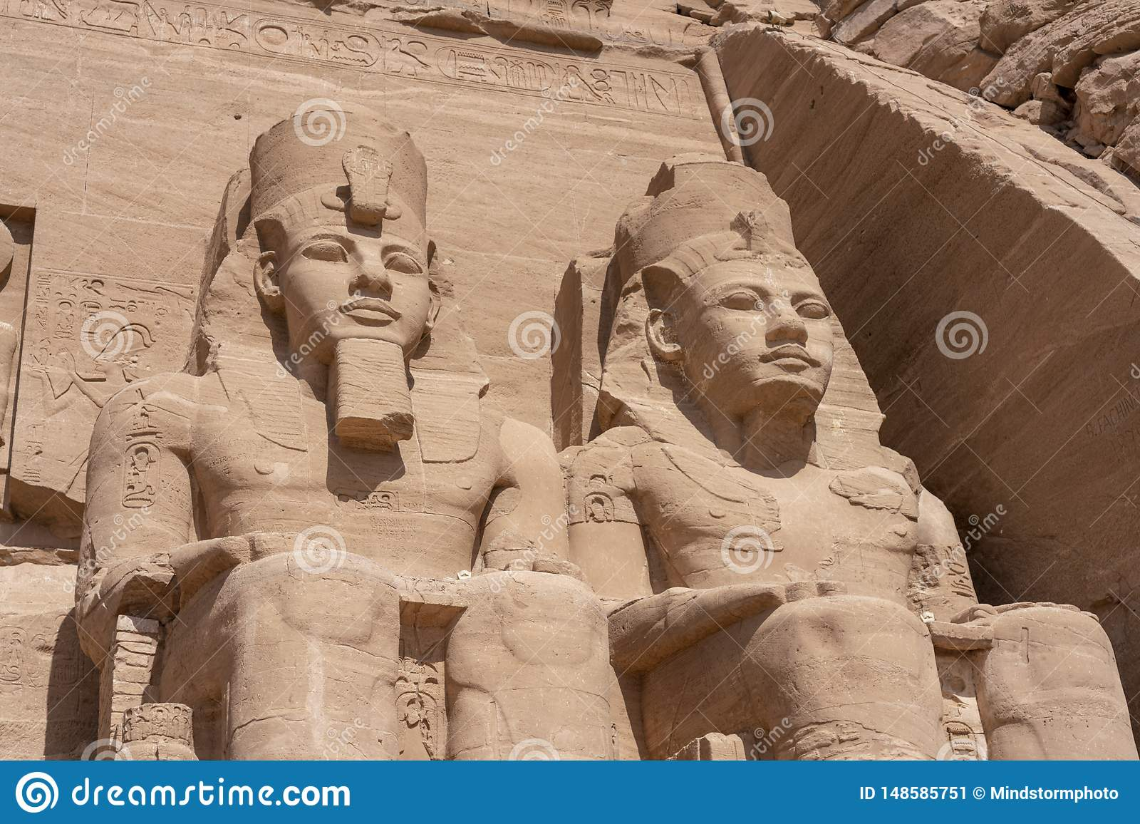 J?tte- stenstatyer p? templet av Kom Ombo