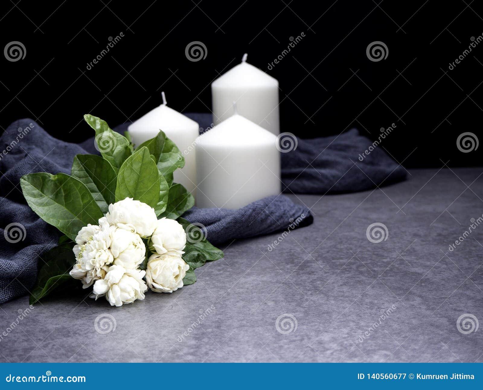 Jaśmin i świeczki na ciemnym tle