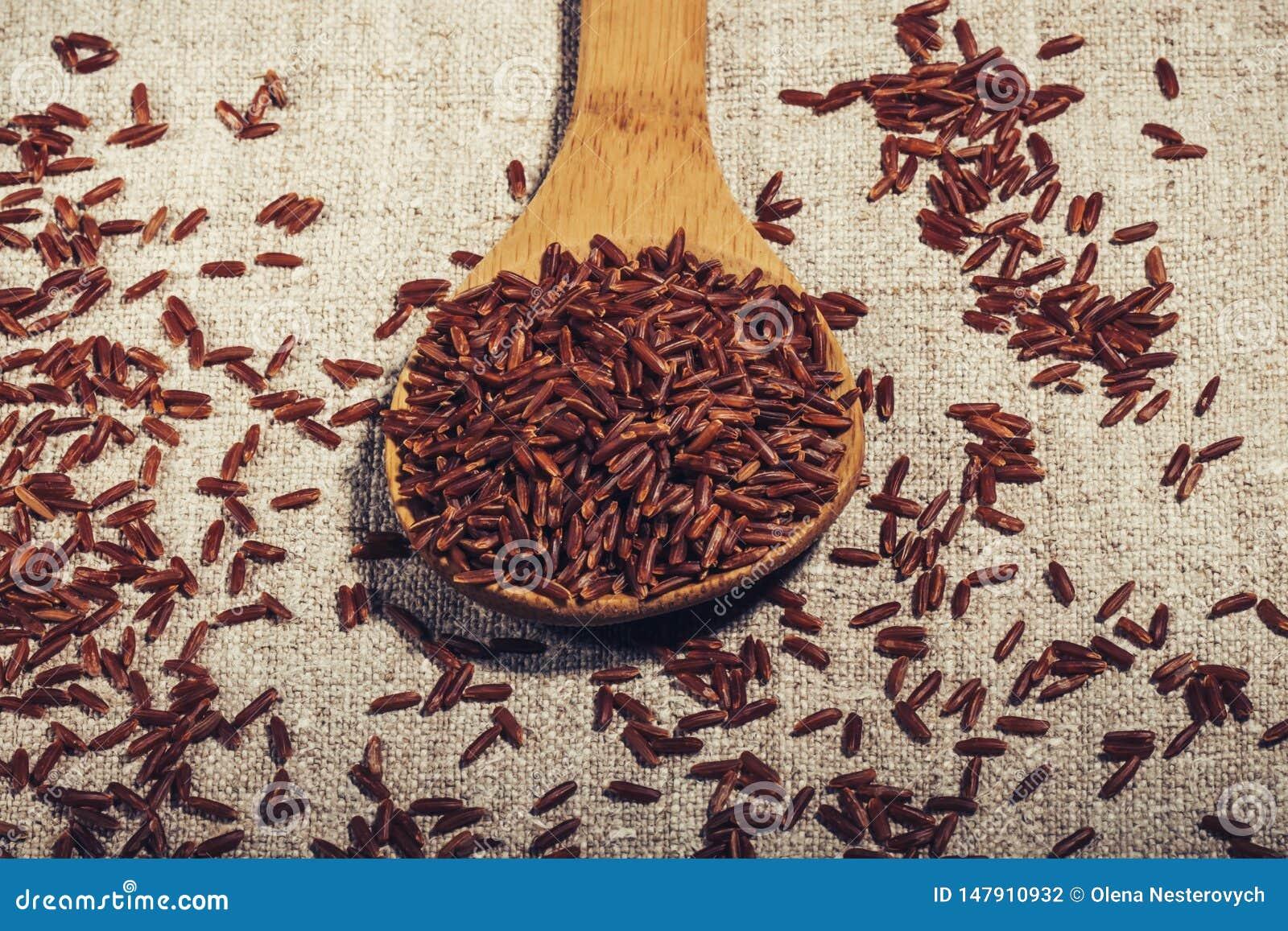Jaśminowi Brown ryż w drewnianej łyżce na naturalnej pielusze w górę